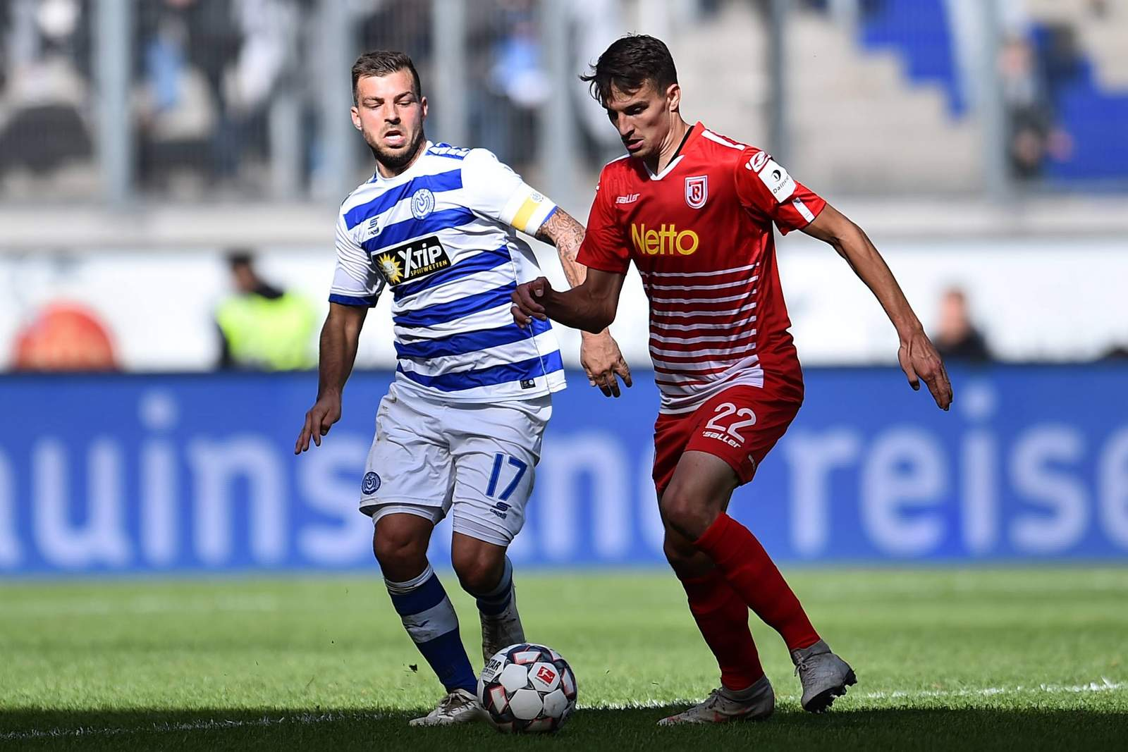 Kevin Wolze vom MSV Duisburg gegen Sebastian Stolze von Jahn Regensburg