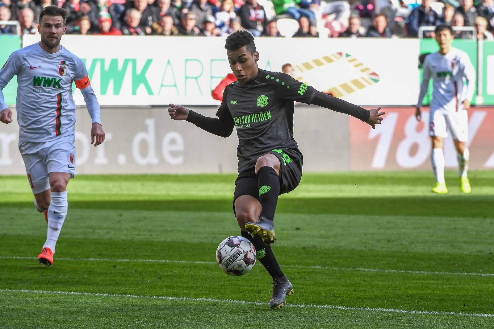 Linton Maina am Ball für Hannover 96