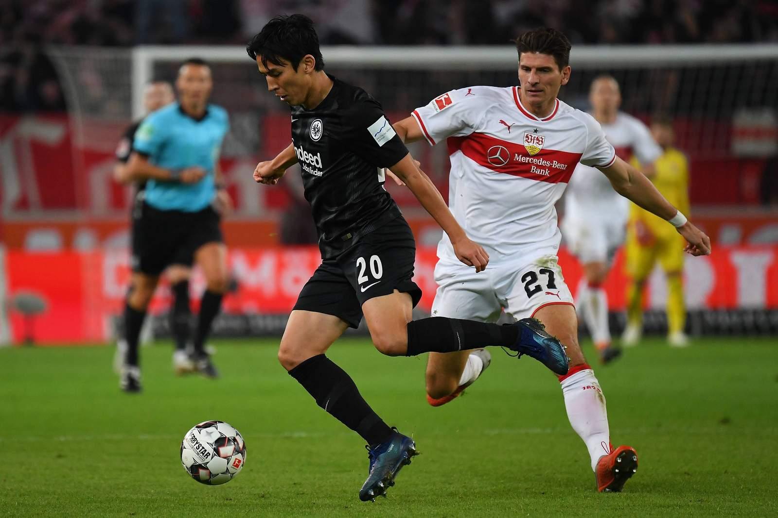Makoto Hasebe im Zweikampf mit Mario Gomez. Jetzt auf Frankfurt gegen Stuttgart wetten.