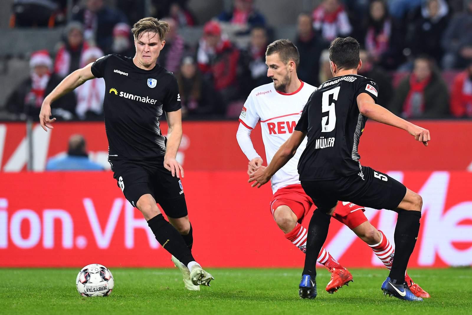 Marius Bülter (l.) schirmt den Ball vor Dominick Drexler ab.