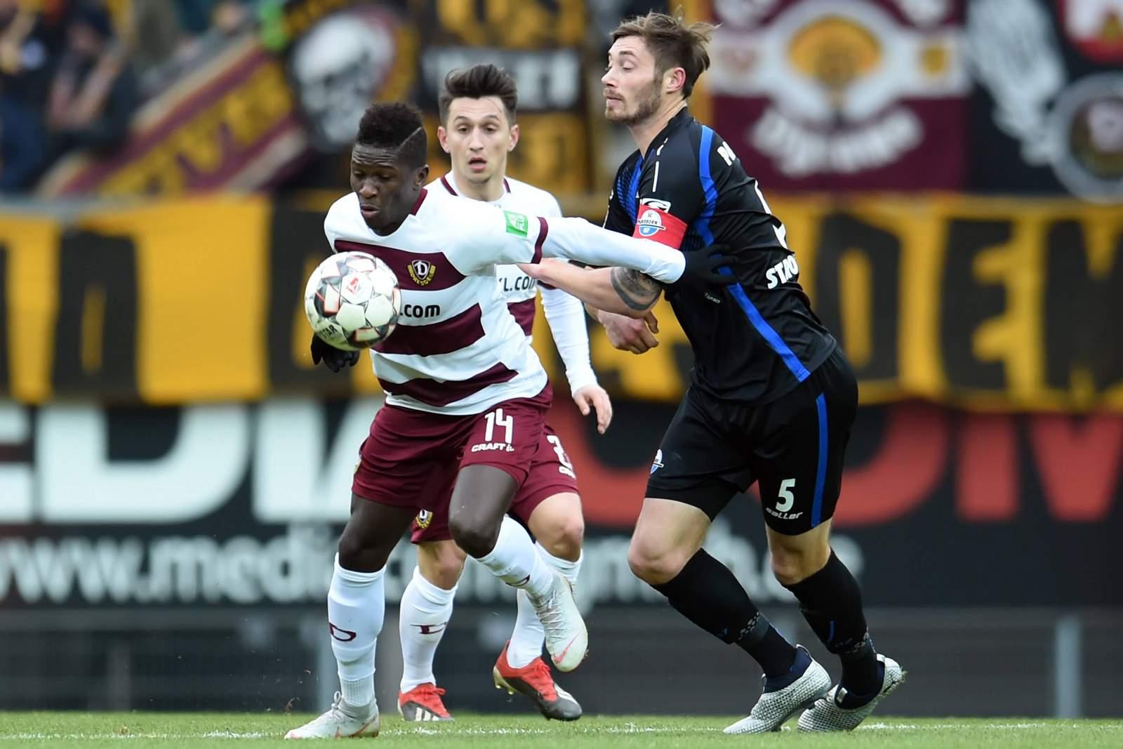 Moussa Koné (l.) schirmt den Ball vor Christian Strohdiek ab.