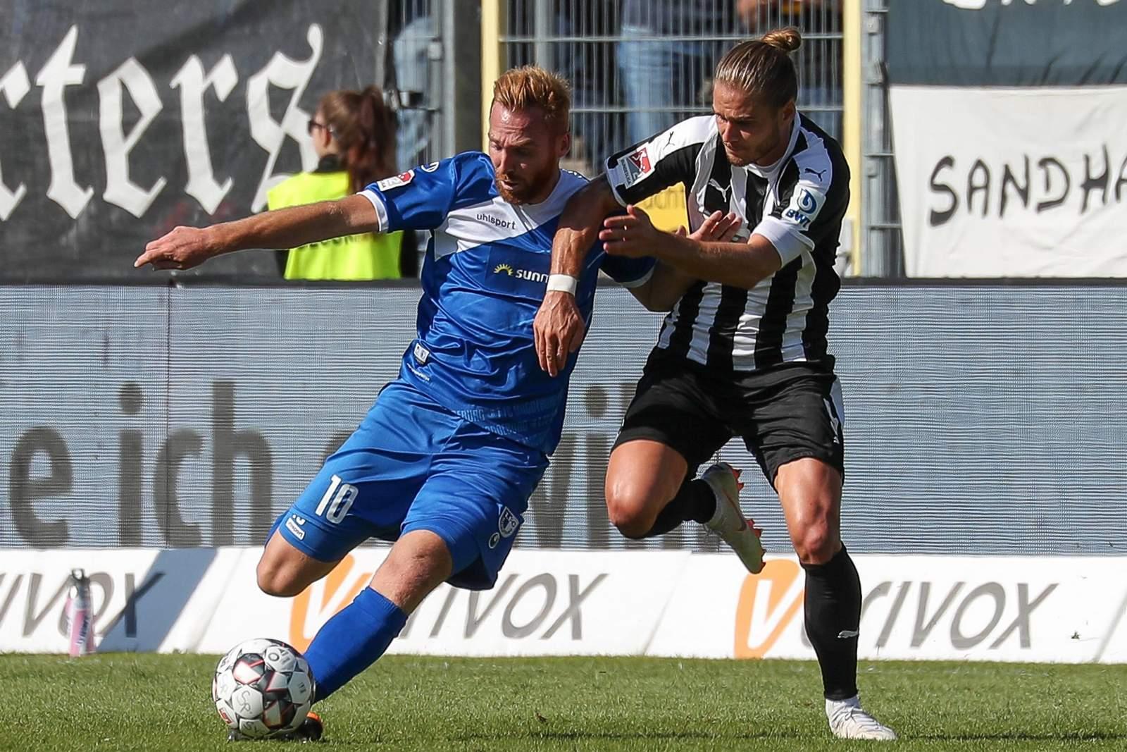 Nico Hammann vom 1. FC Magdeburg gegen Sandhausens Rurik Gislason
