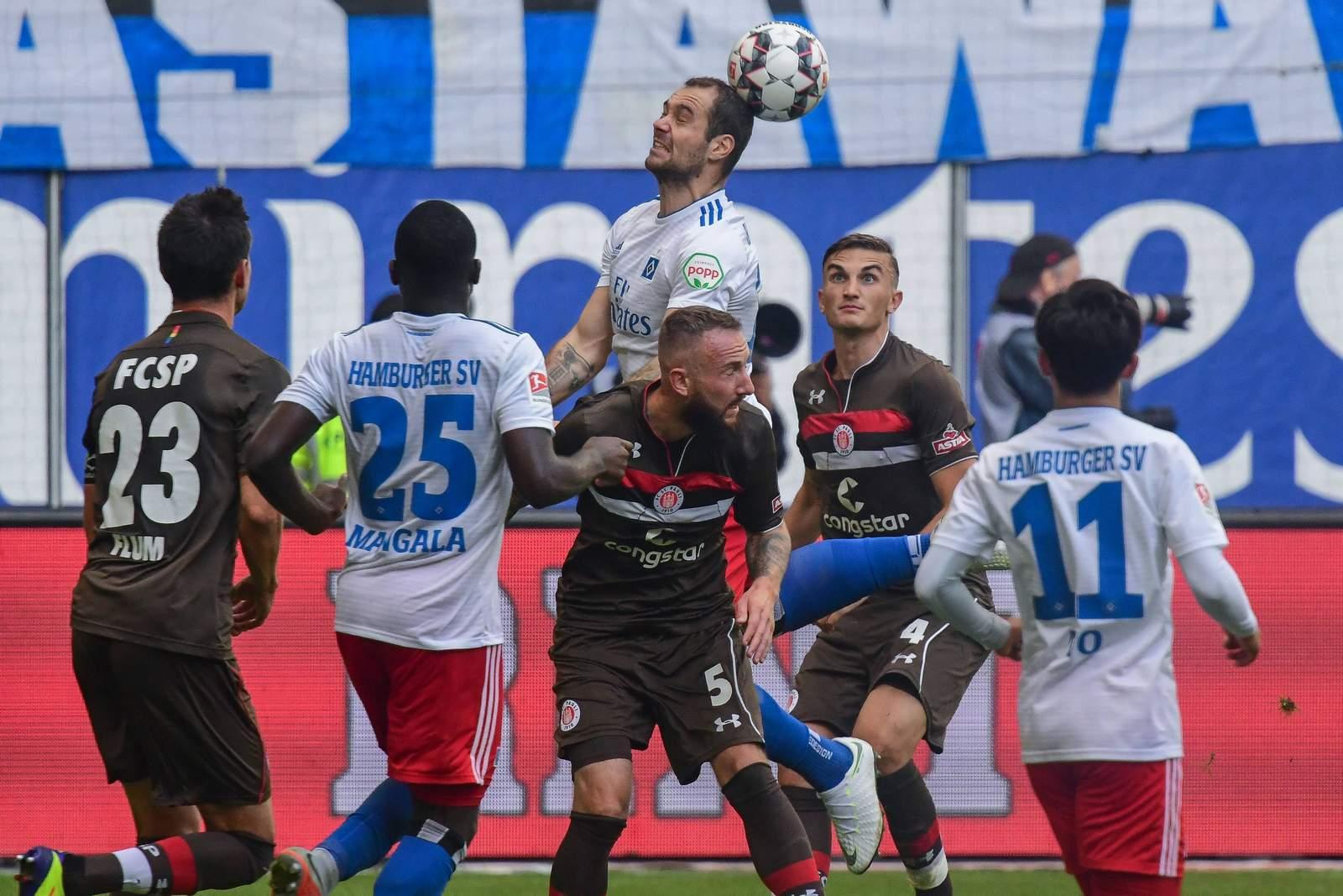 Pierre-Michel Lasogga versucht es gegen den FC St. Pauli mit Köpfchen.