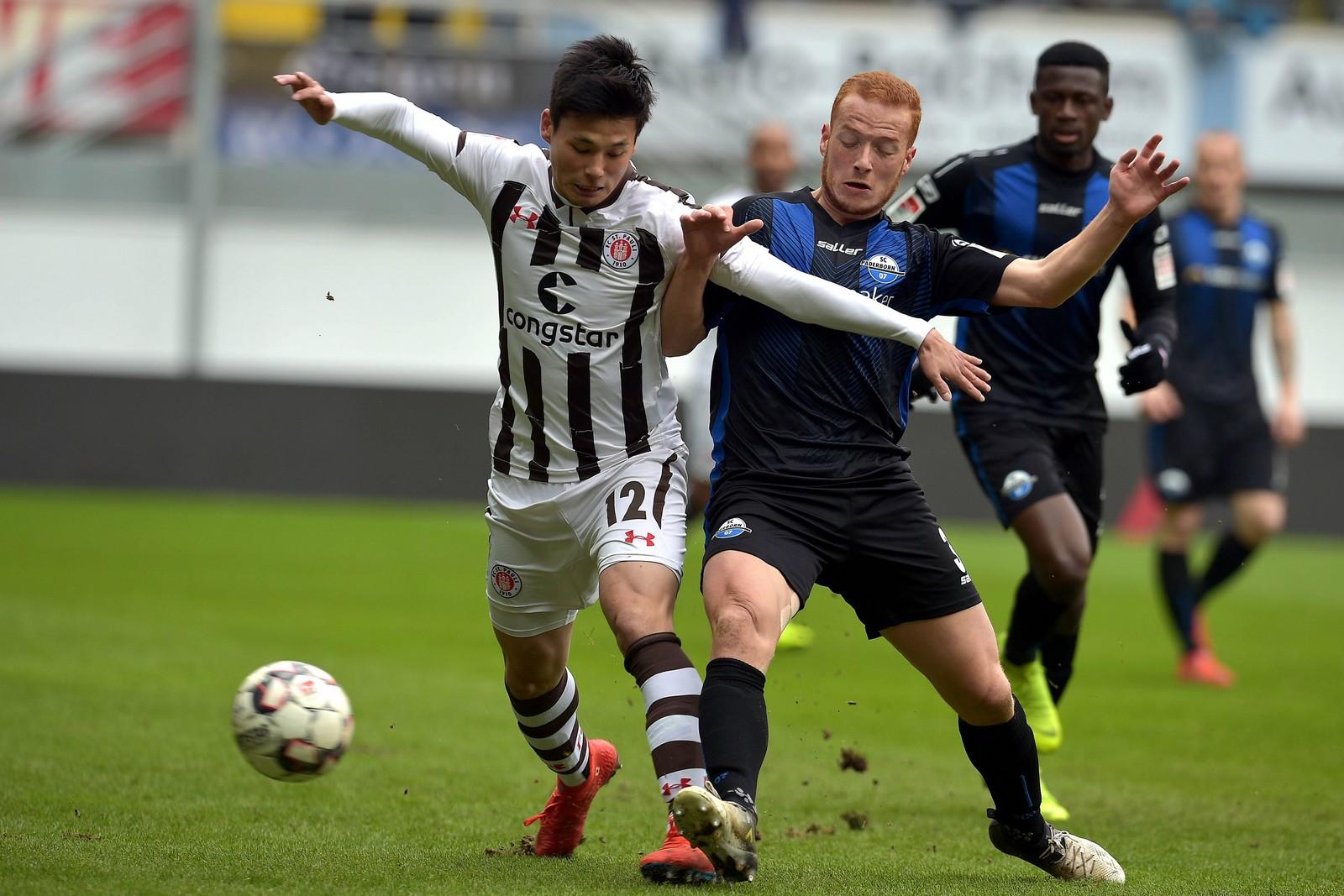 Ryo Miyaichi (l.) gegen Paderborns Sebastian Vasiliadis.