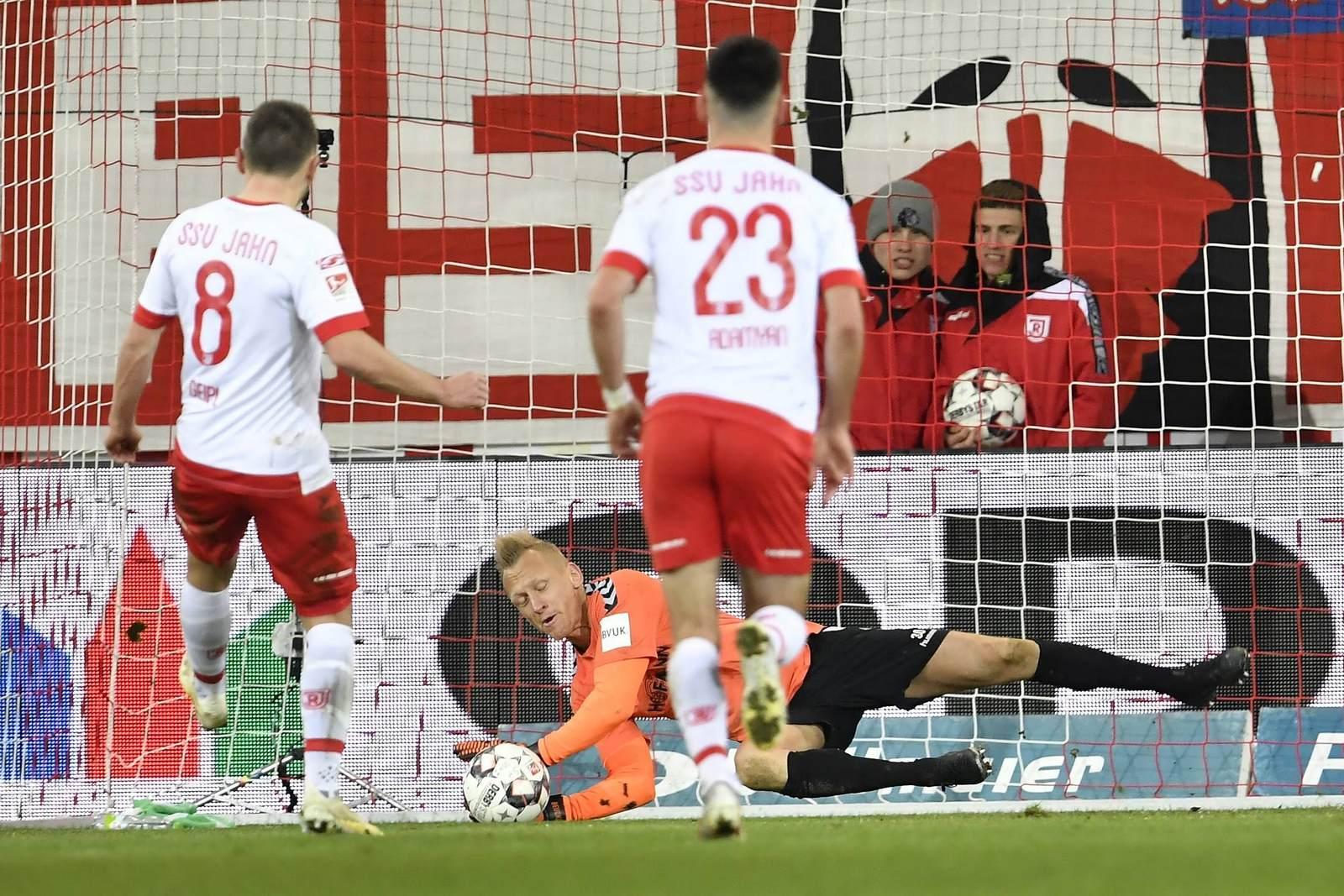 Andreas Geipl, schießt, Sascha Burchert pariert