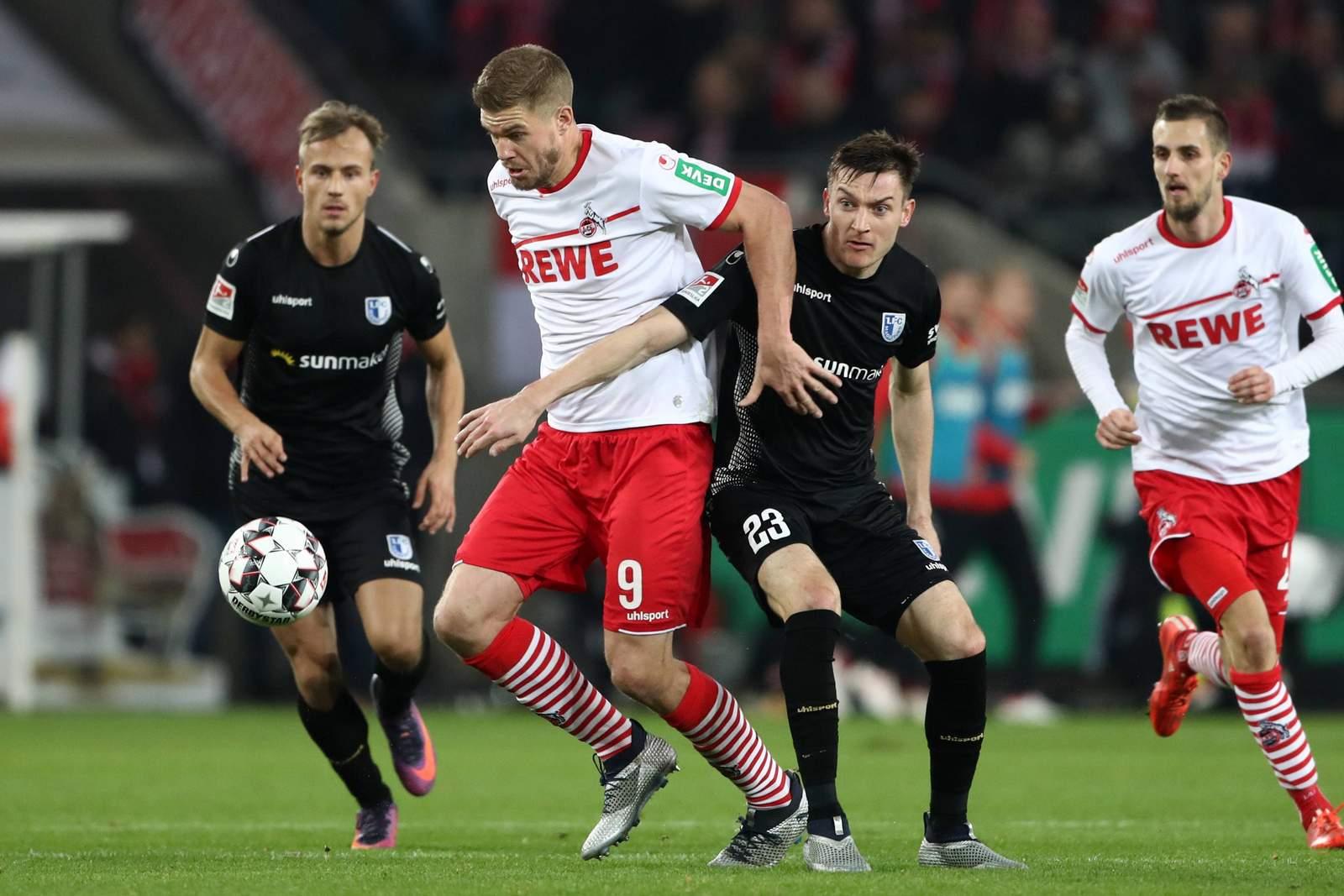 Simon Terodde vom 1.FC Köln im Zweikampf mit Charles Elie Laprevotte von Magdeburg