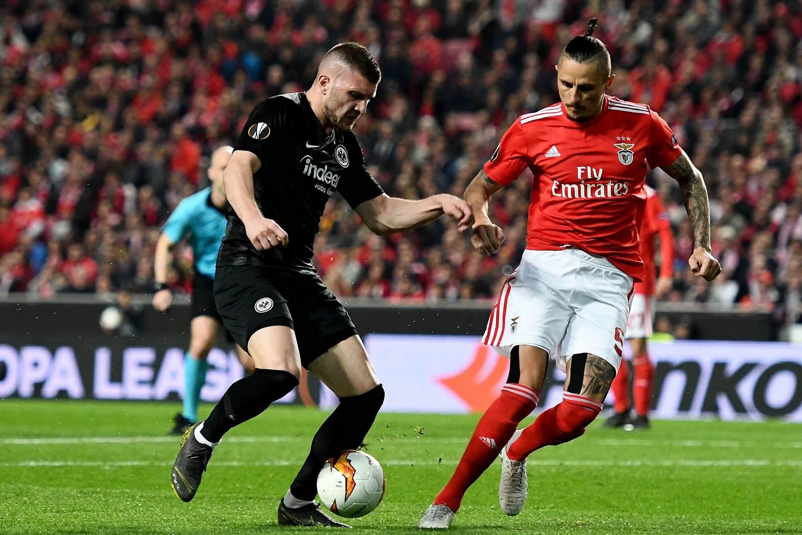 Ante Rebic im Zweikampf mit Ljubomir Fejsa. Jetzt auf Frankfurt gegen Benfica wetten