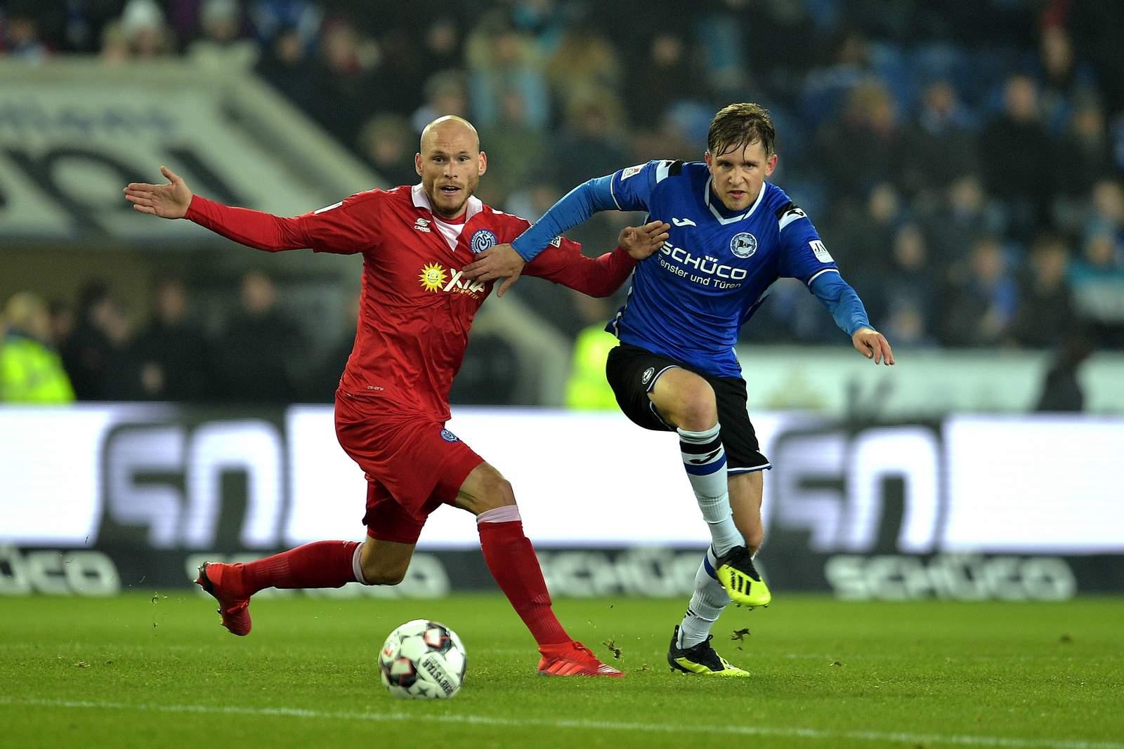 Gerrit Nauber (l.) gegen Bielefelds Patrick Weihrauch.