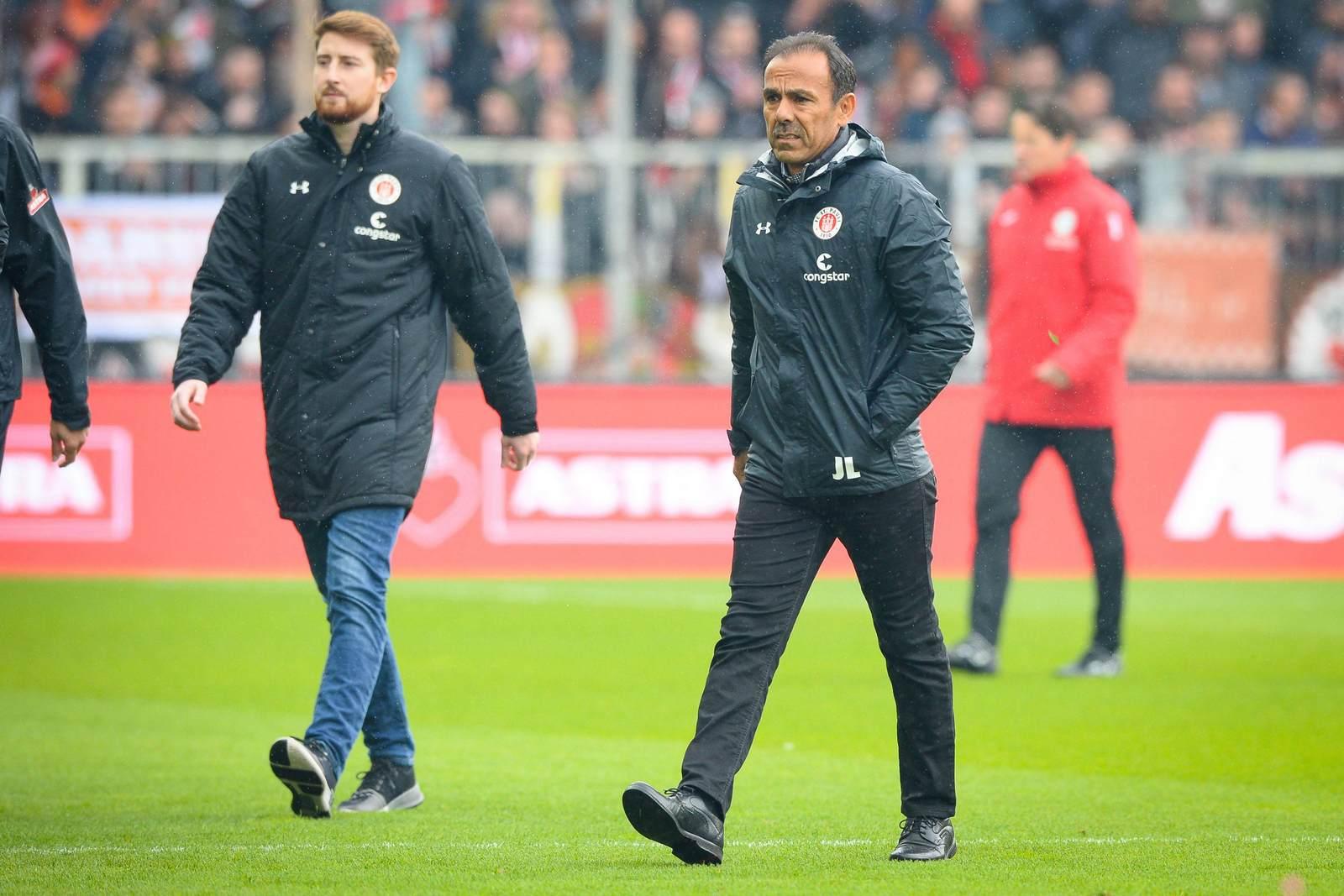Jos Luhukay als Trainer vom FC St. Pauli auf dem Weg zur Bank