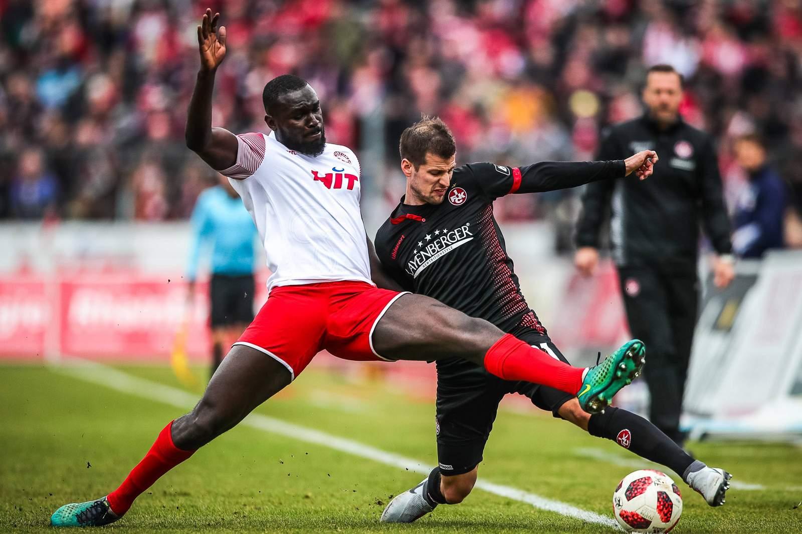 Bernard Kyere von Fortuna Köln im Zweikampf mit Hendrick Zuck vom FCK