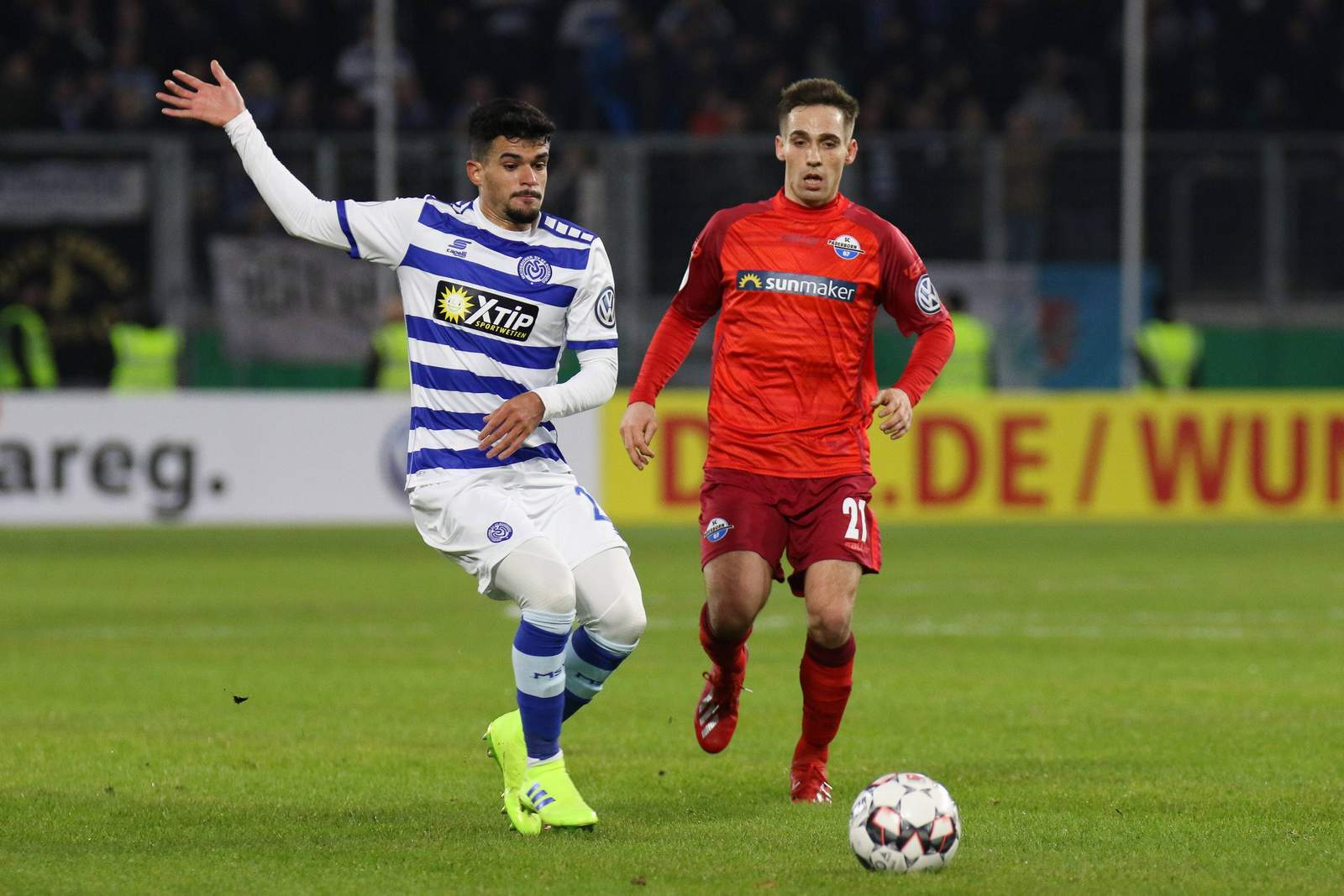 Cauly vom MSV Duisburg gegen Philipp Klement vom SC Paderborn