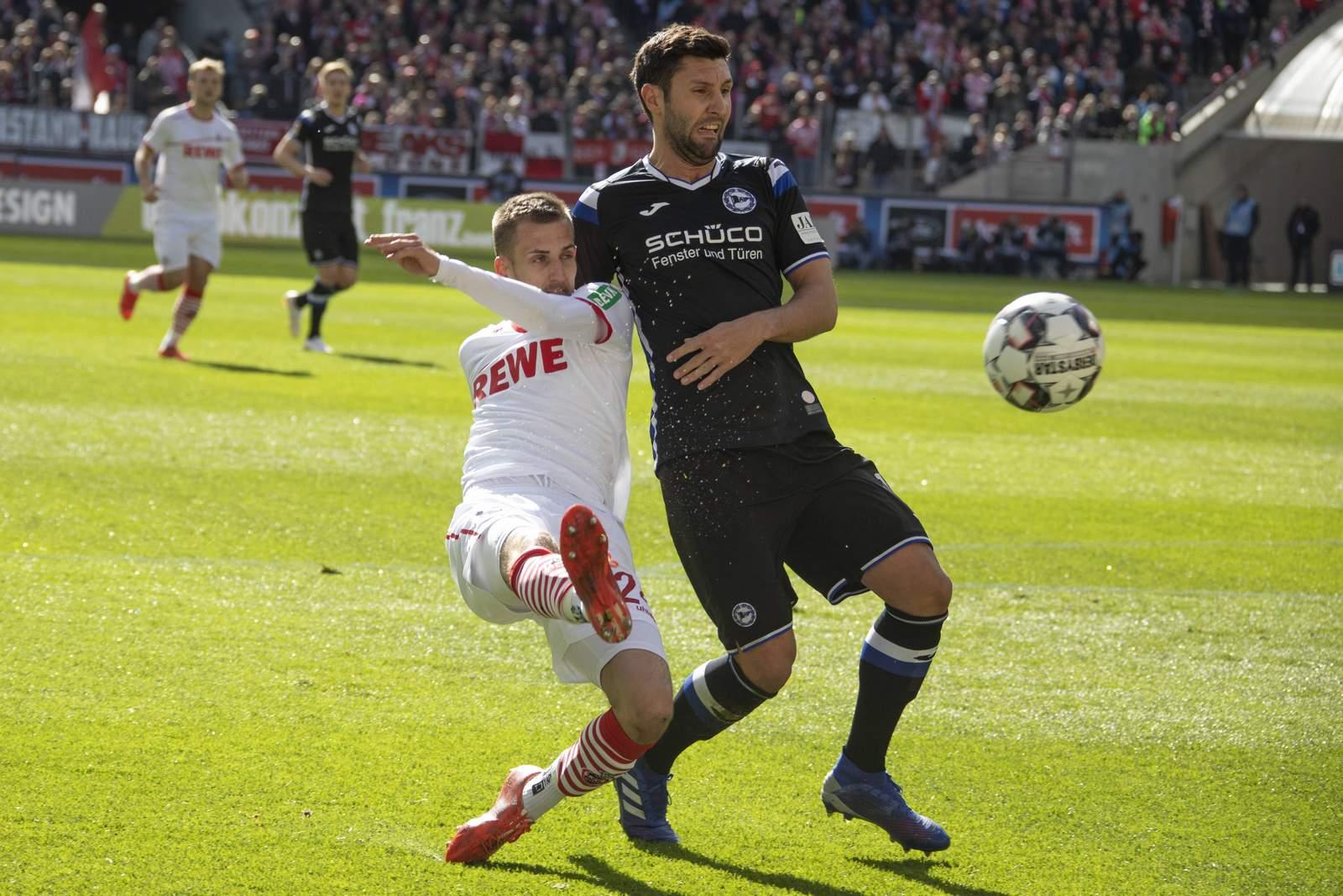 Stephan Salger von Arminia Bielfeld im Zweikampf mit Dominick Drexler vom 1. FC Köln