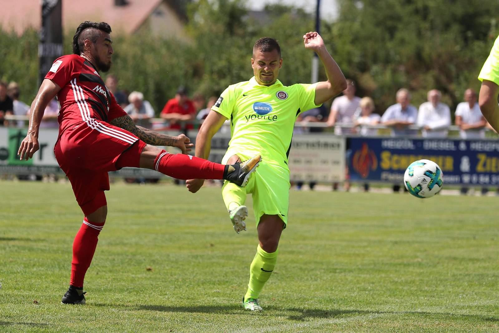 Dario Lezcano vom FC Ingolstadt gegen Sebastian Mrowca vom SV Wehen Wiesbaden.
