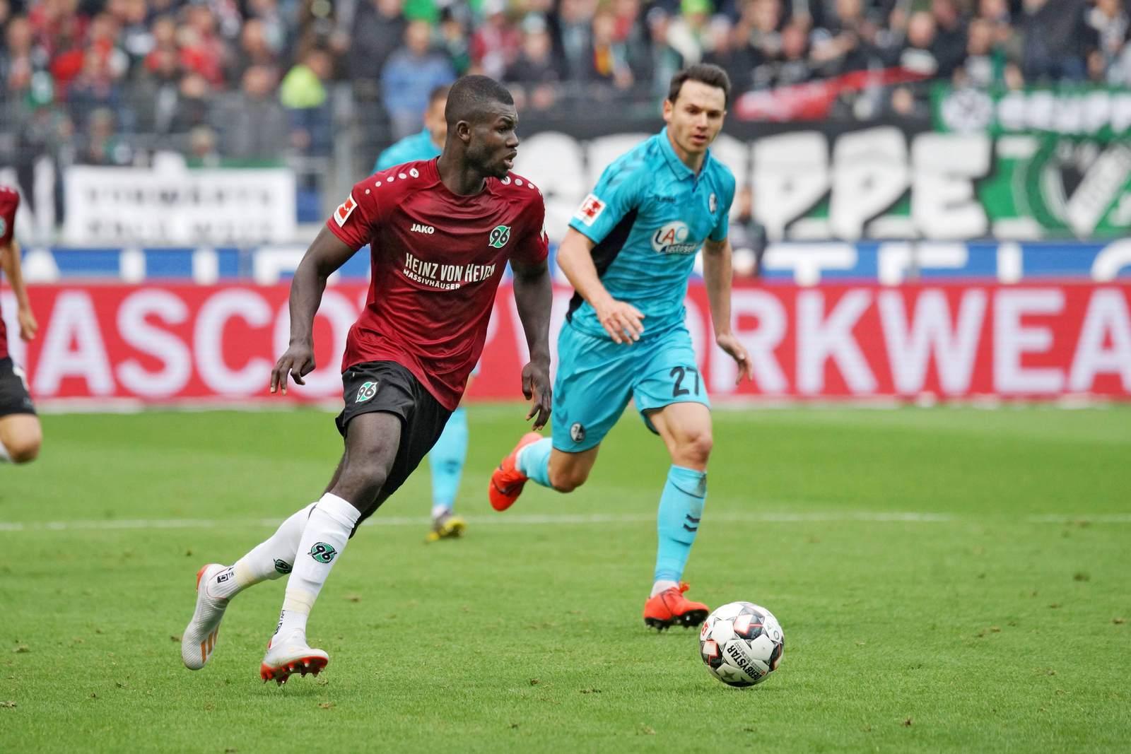 Ihlas Bebou am Ball für Hannover 96