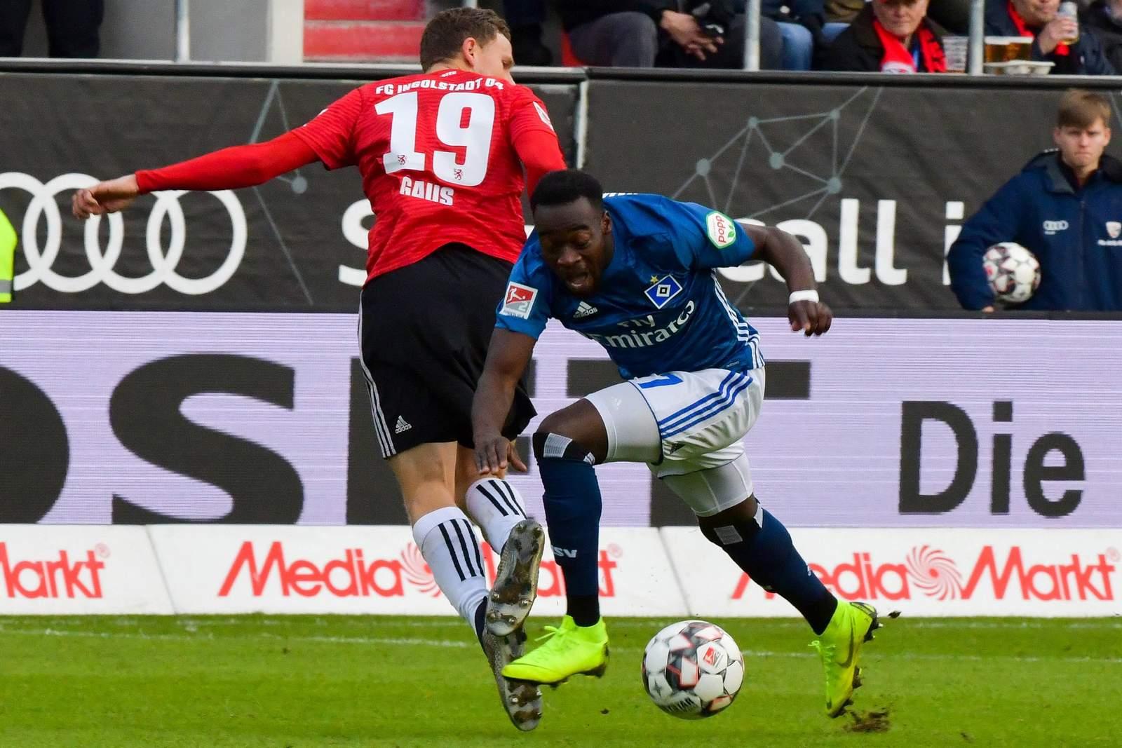 Khaled Narey vom HSV gegen Marcel Gaus von Ingolstadt