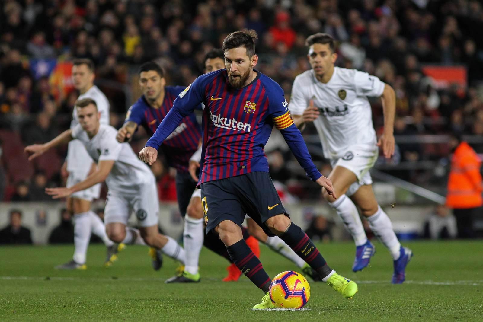 Lionel Messi beim Torschuss gegen Valencia