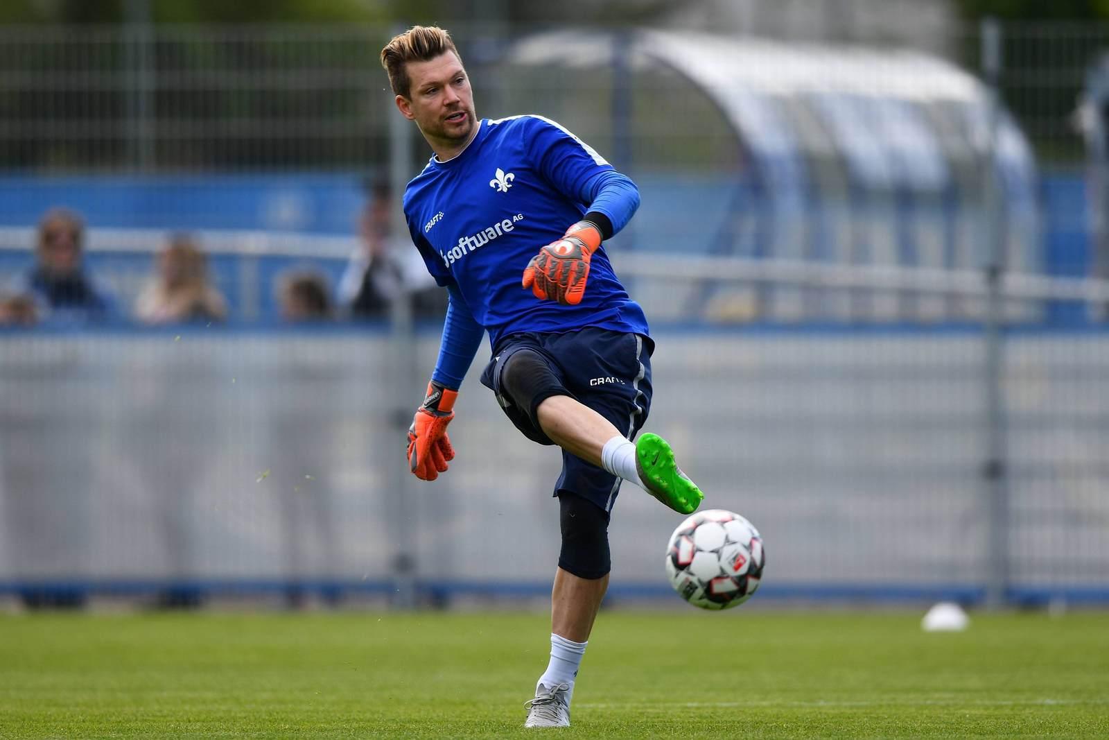 Max Grün passt den Ball im Training