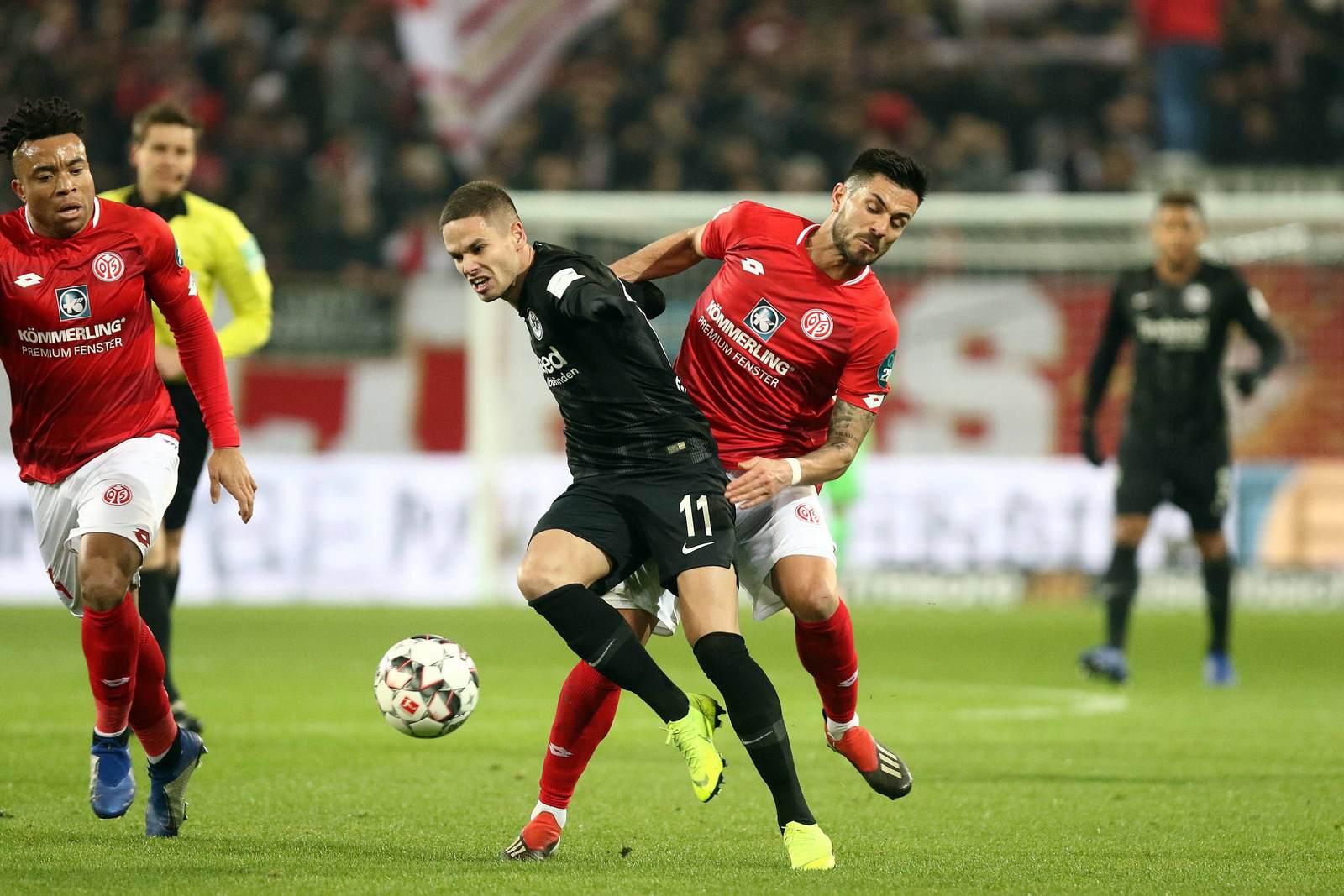 Mijat Gacinovic im Zweikampf mit Danny Latza. Jetzt auf Frankfurt gegen Mainz wechseln.