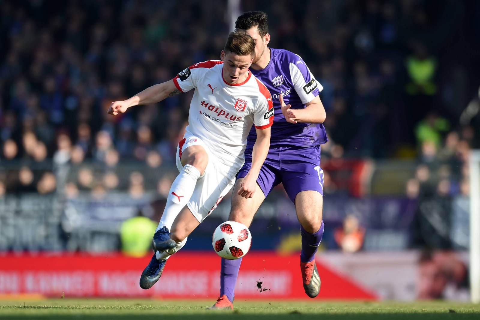 Moritz Heyer vom Halleschen FC ist schneller als Luca Pfeiffer