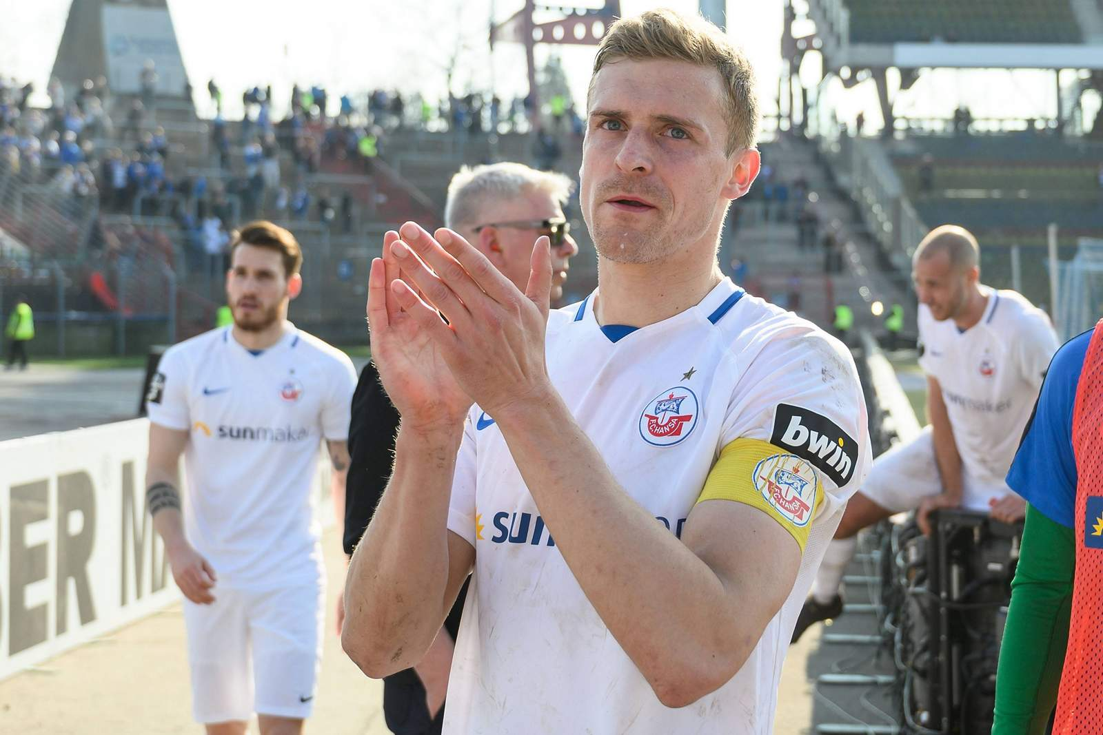 Oliver Hüsing feiert mit Fans nach Spiel von Hansa Rostock