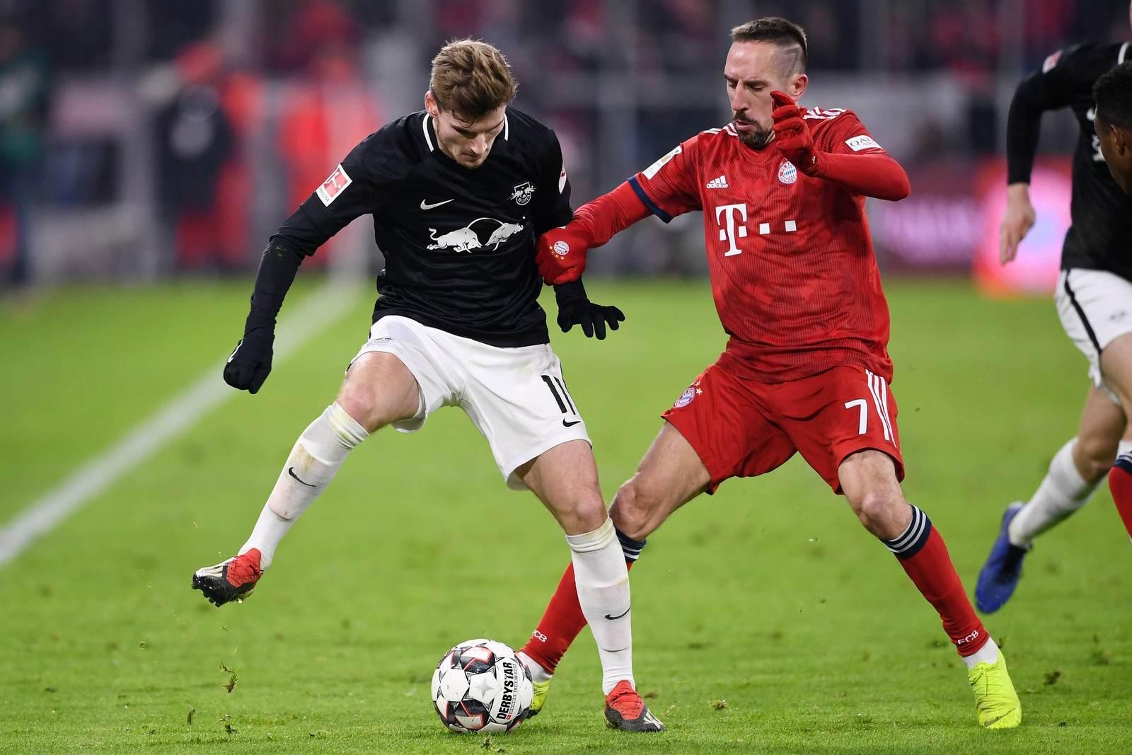 Timo Werner im Zweikampf mit Franck Ribery. Jetzt auf Leipzig vs Bayern wetten