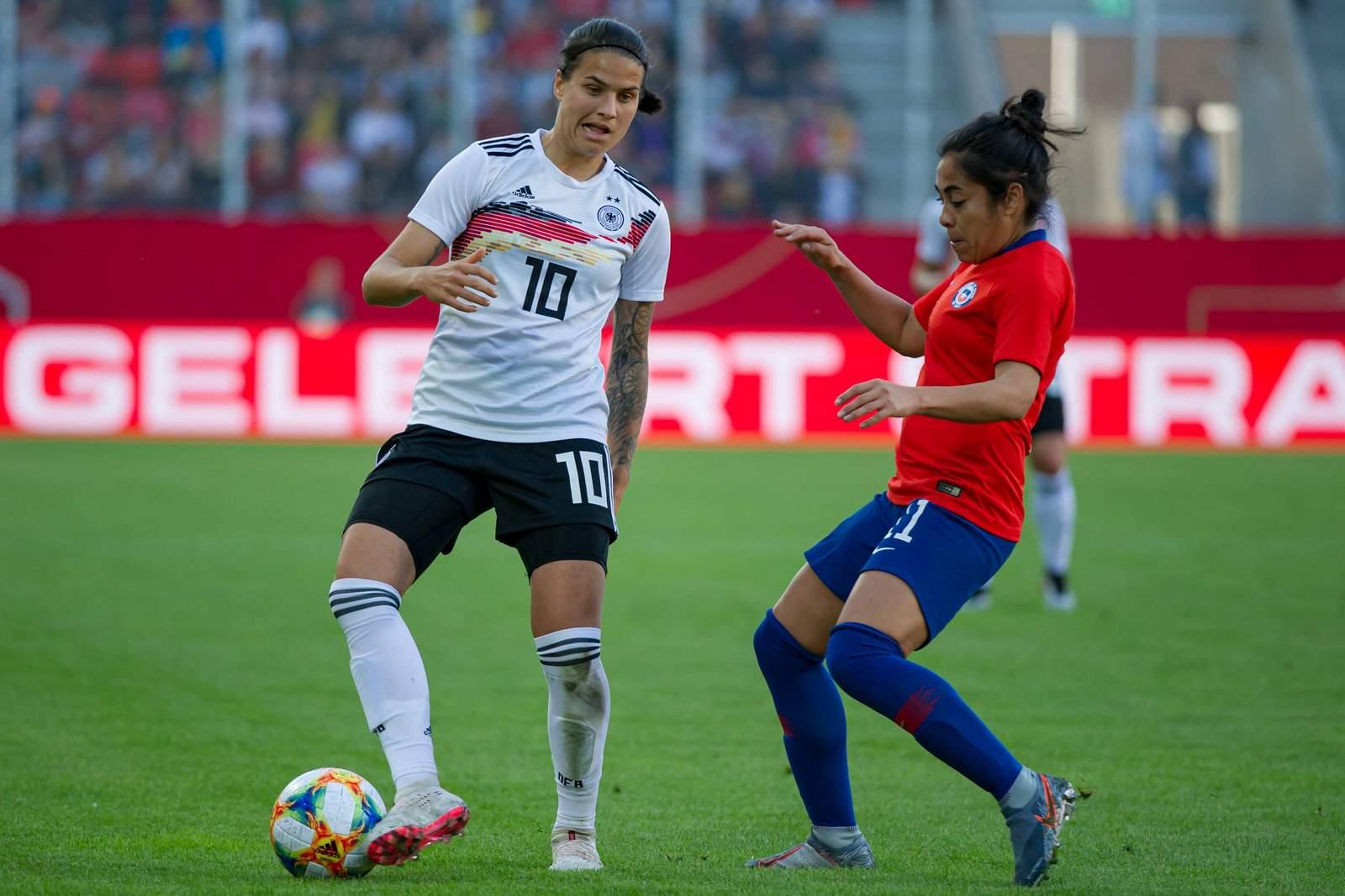 Dzsenifer Marozsan (l.) gegen Chiles Yessenia Lopez.