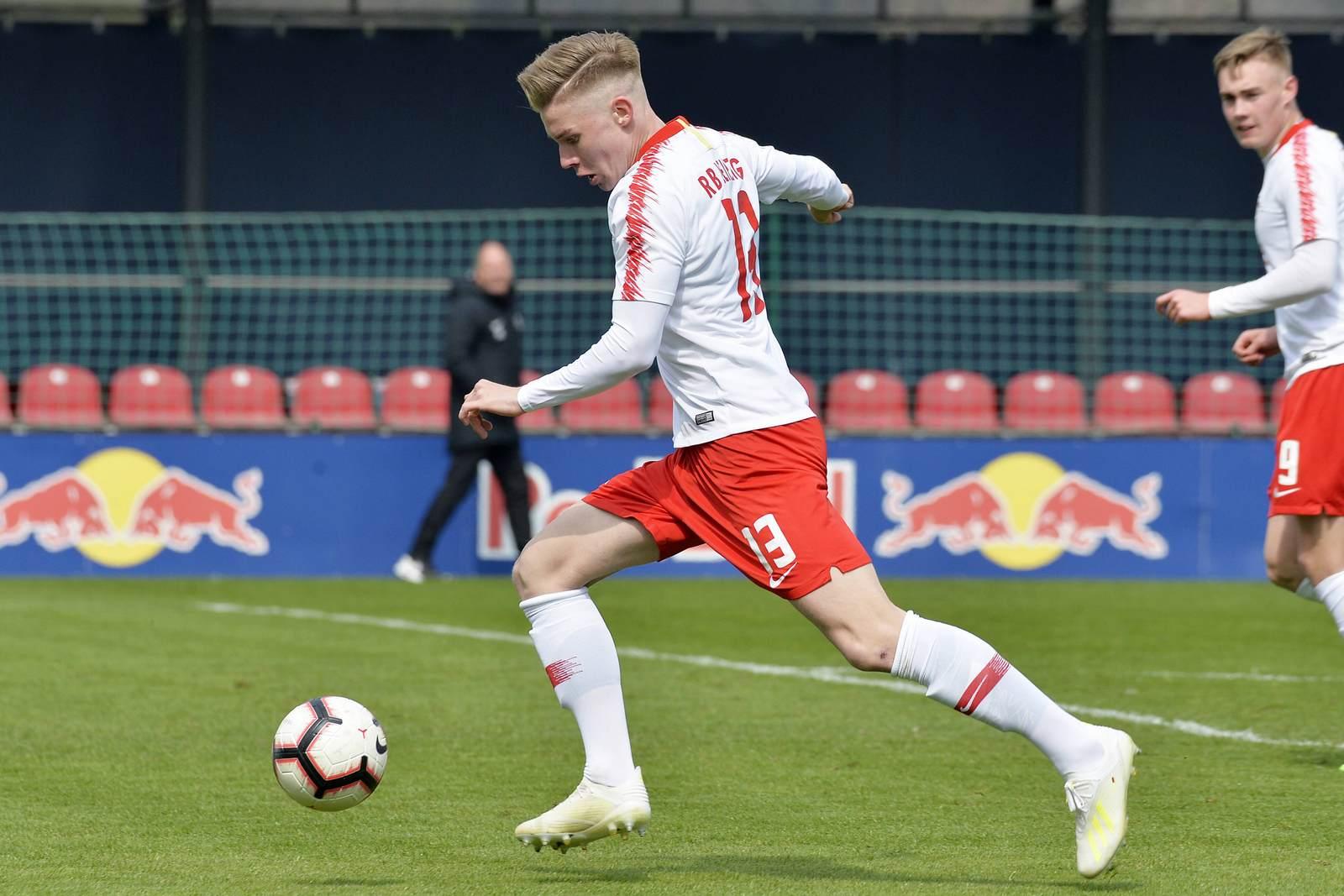 Erik Majetschak am Ball für RB Leipzig