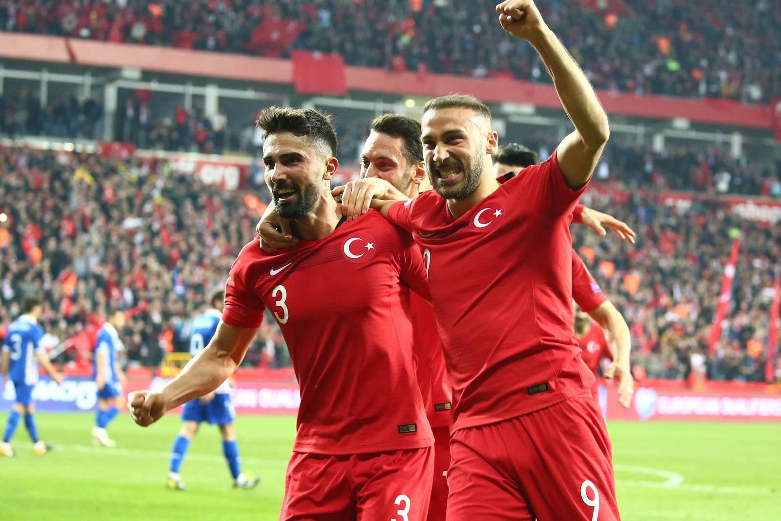 Cenk Tosun und die türkische Nationalmannschaft jubelt. Jetzt auf Türkei gegen Frankreich wetten.