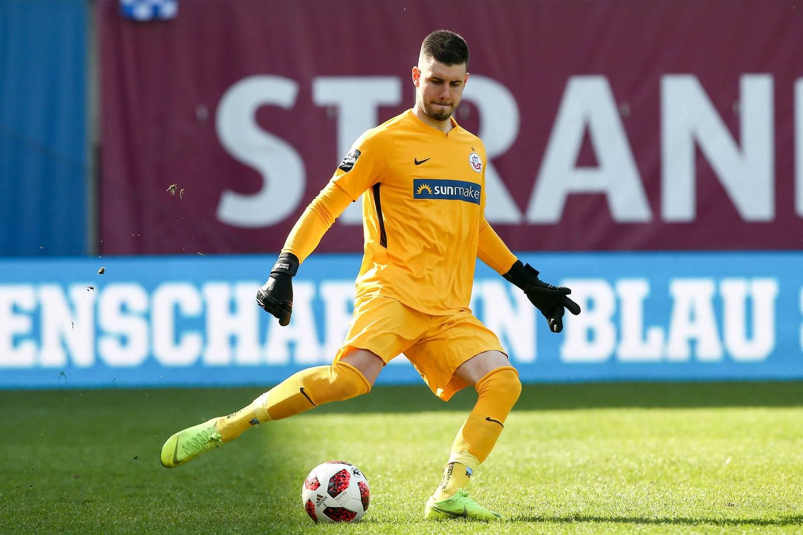 Ioannis Gelios am Ball für Hansa Rostock