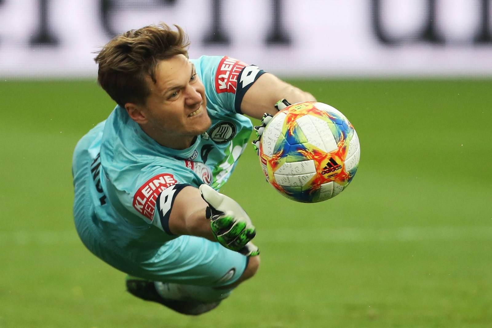 Jörg Siebenhandl hechtet nach dem Ball im Trikot von Sturm Graz