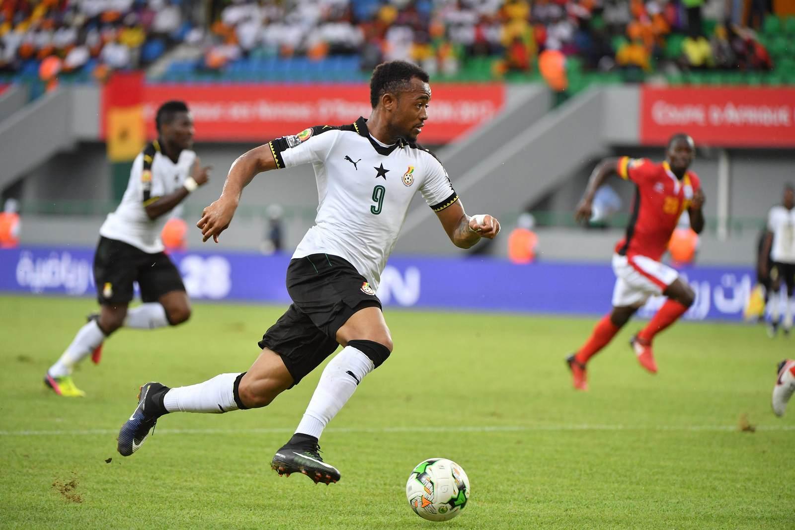 Jordan Ayew am Ball für die ghanaische Nationalmannschaft. Jetzt auf Ghana gegen Benin wetten
