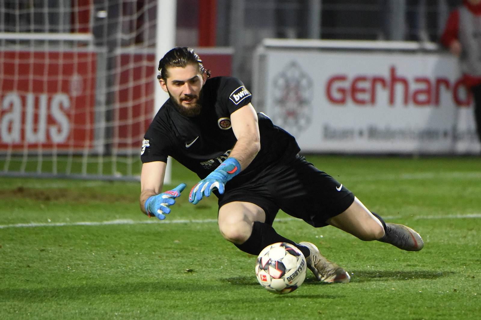 Lukas Watkowiak hechtet nach dem Ball