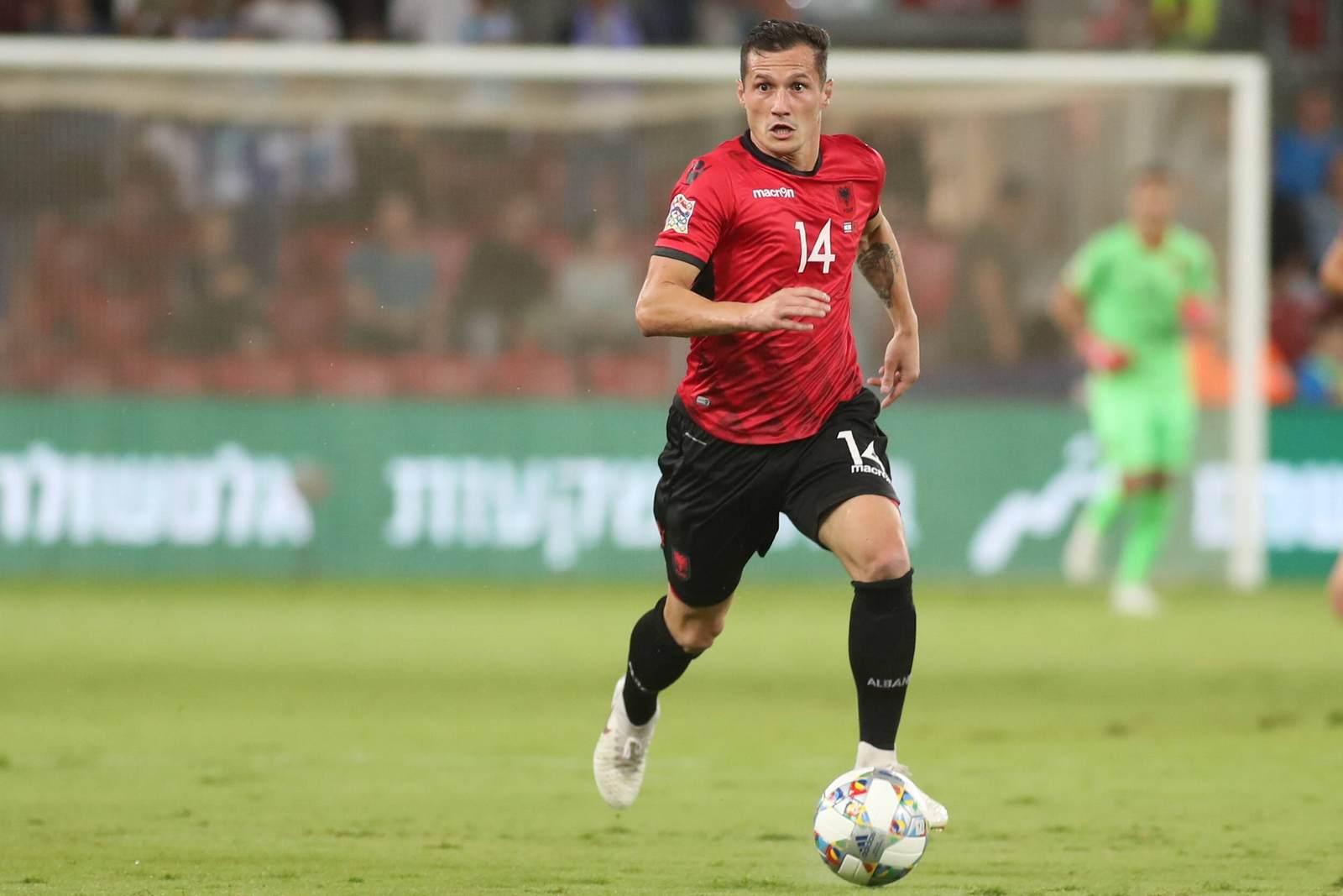 Taulant Xhaka am Ball für Albanien. Jetzt auf Island gegen Albanien wetten