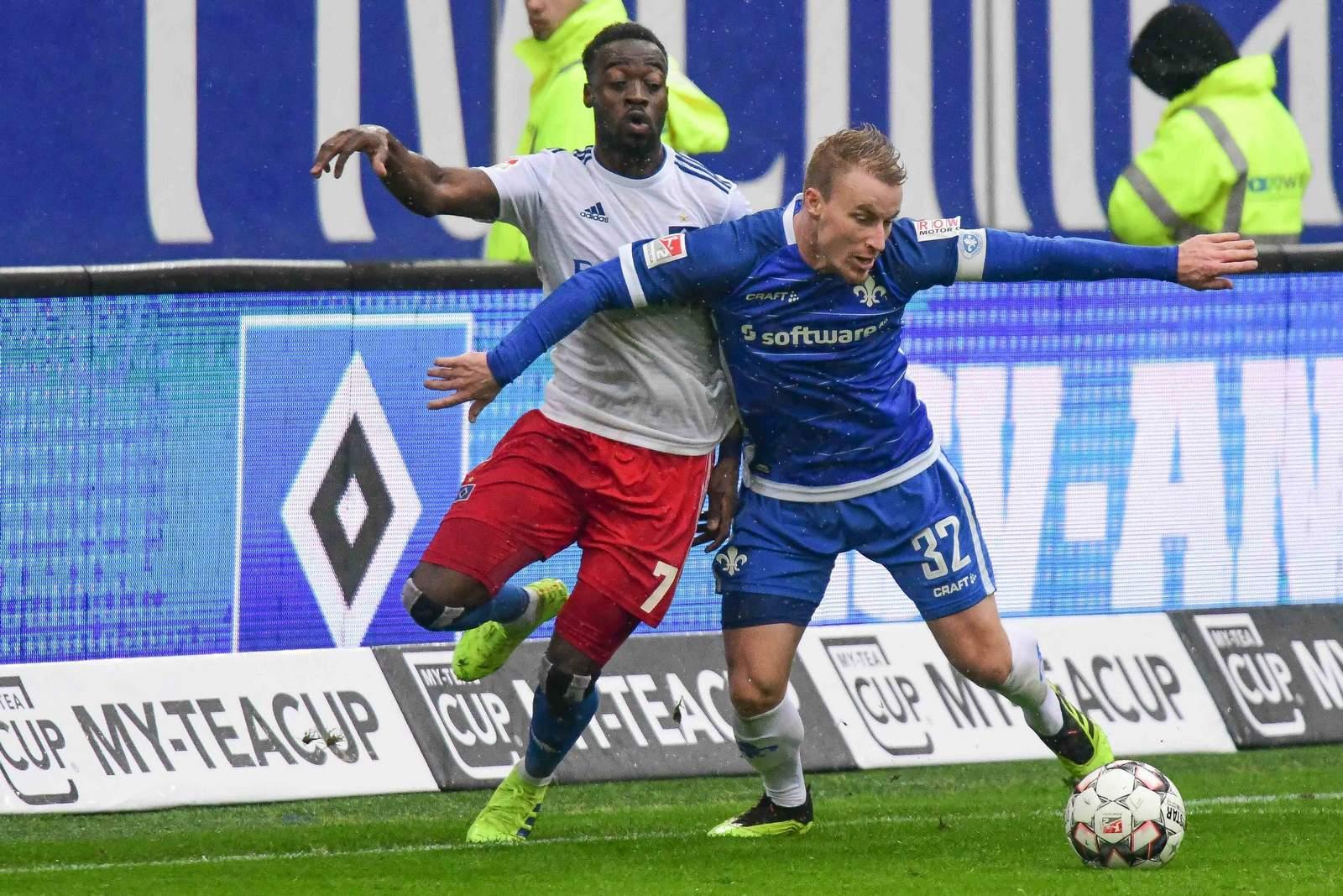 Khaled Narey vom HSV gegen Fabian Holland von Darmstadt 98