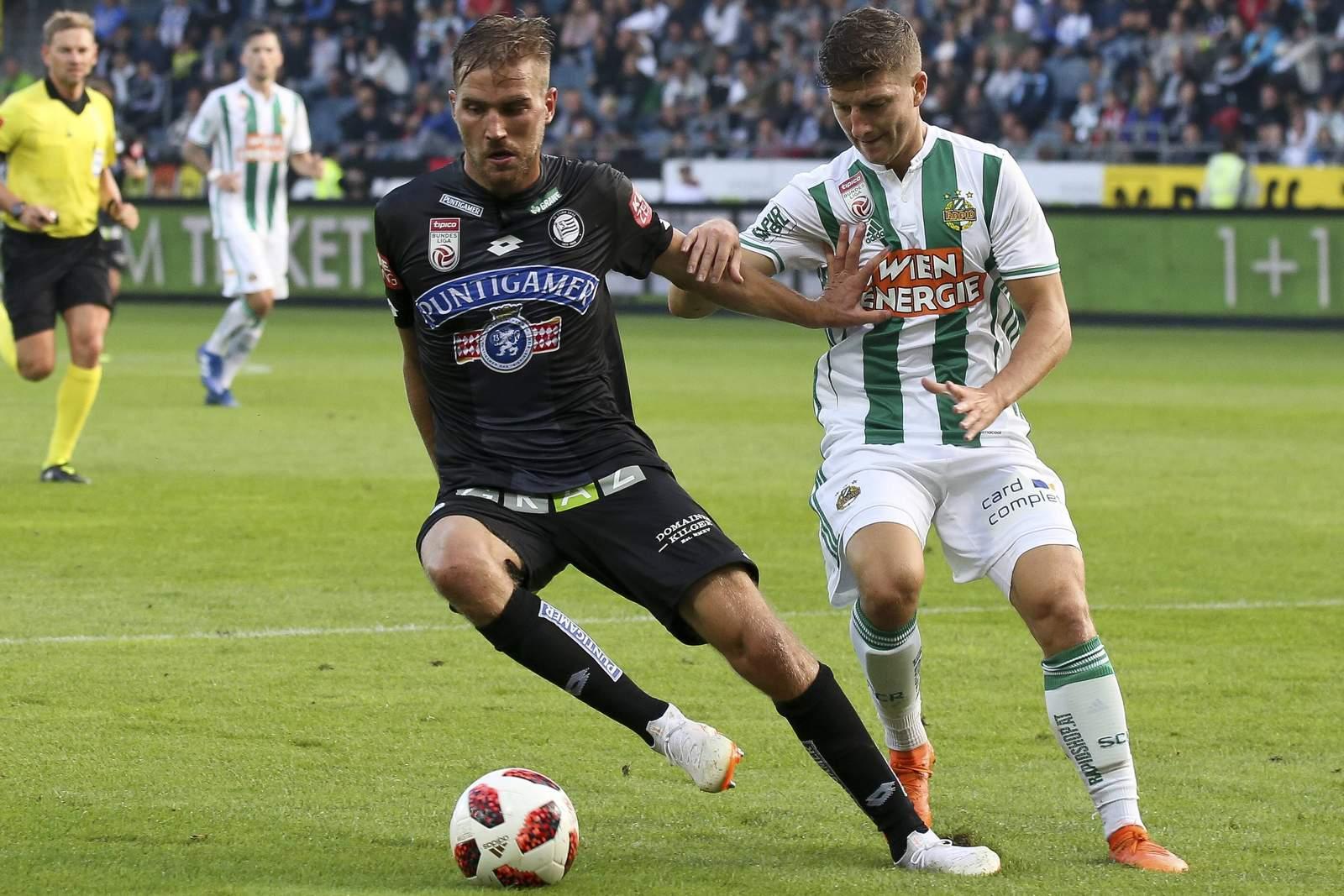 Lukas Grozurek von Sturm Graz gegen Mert Müldür von Rapid Wien