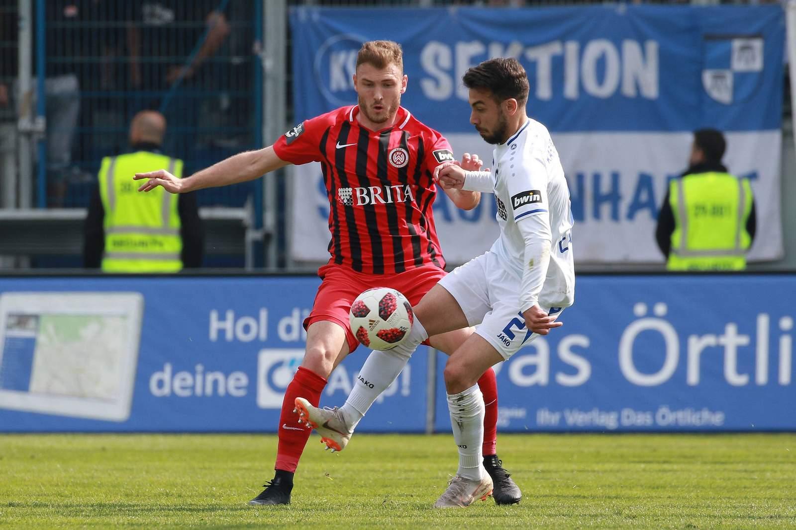 Maximilian Dittgen von Wehen Wiesbaden gegen Burak Camoglu vom KSC