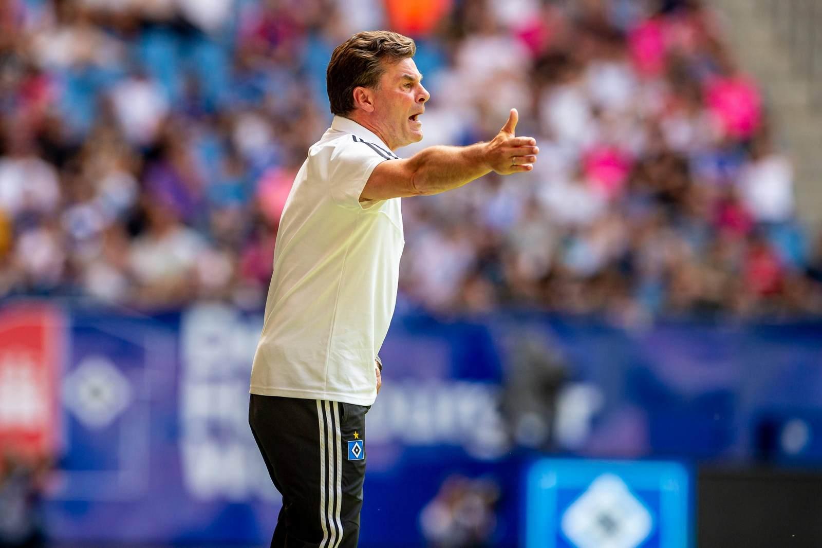 Dieter Hecking dirigiert die HSV Mannschaft