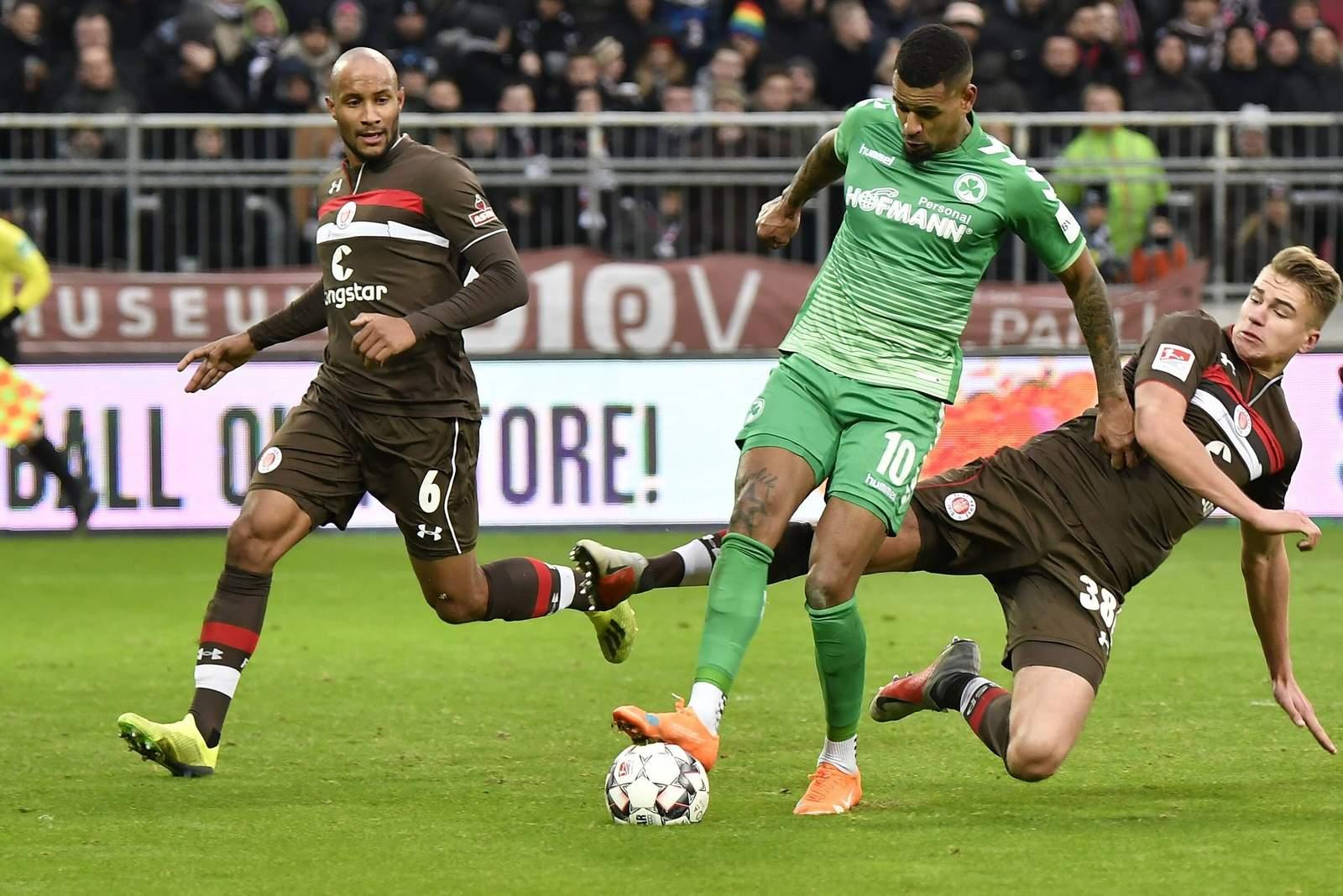 Christopher Avevor und Florian Carstens vom FC St. Pauli gegen Daniel Keita-Ruel von Freuther Fürth