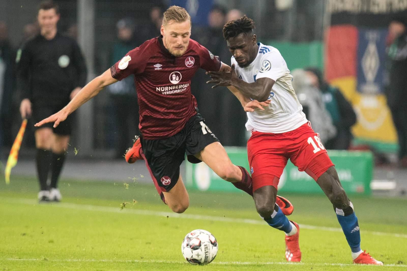 Bakery Jatta vom HSV gegen hanno Behrens vom 1. FC Nürnberg