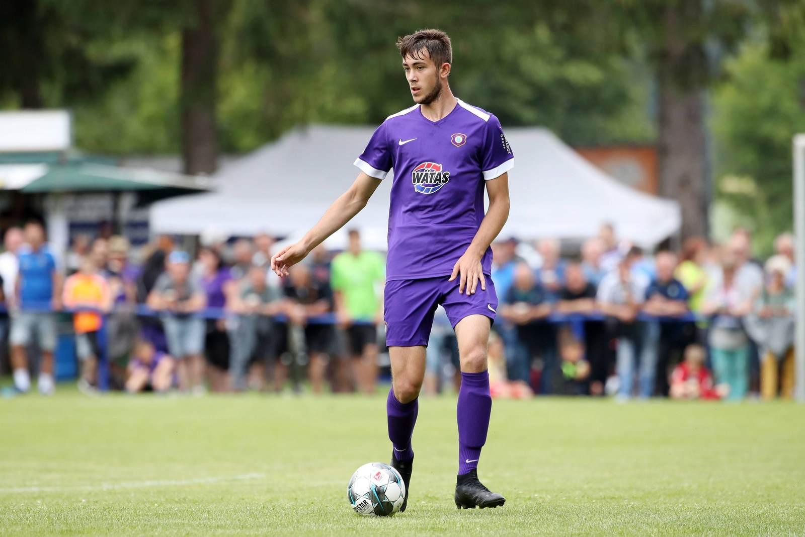 Niklas Jeck am Ball für Erzgebirge Aue