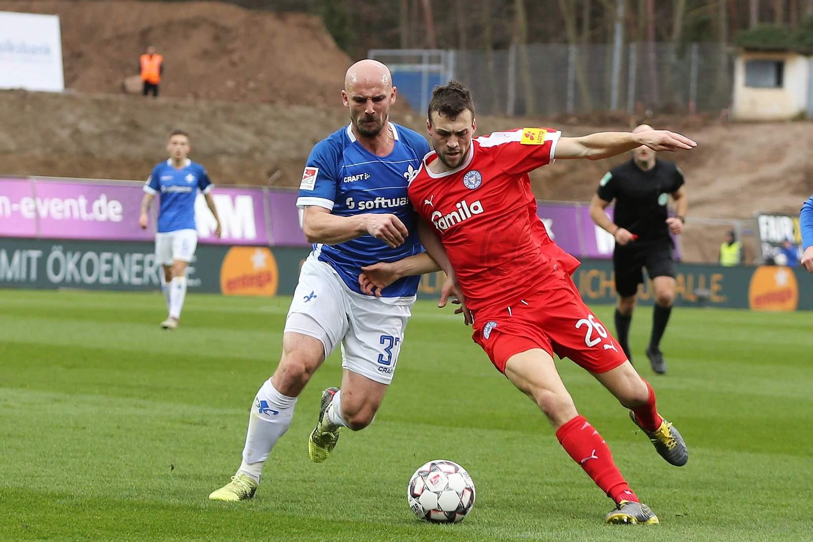 Patrick Herrmann (l.) gegen Jonas Meffert. Jetzt auf Darmstadt 98 gegen Holstein Kiel wetten!