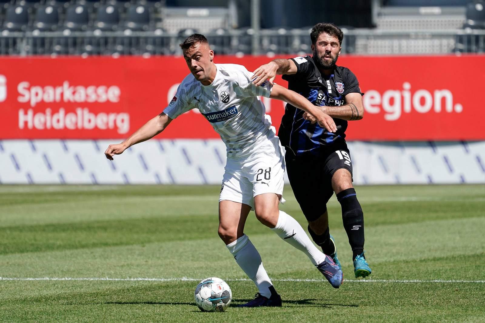 Philipp Förster (l.) gegen den FSV Frankfurt