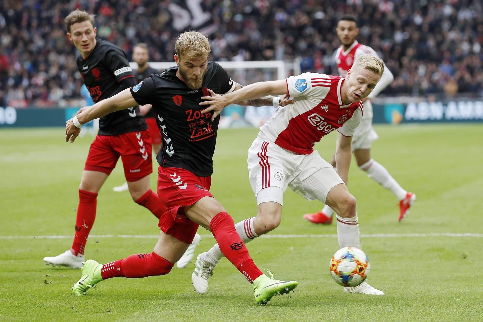 Timo Letschert (l.) gegen Ajax' Donny van de Beek.