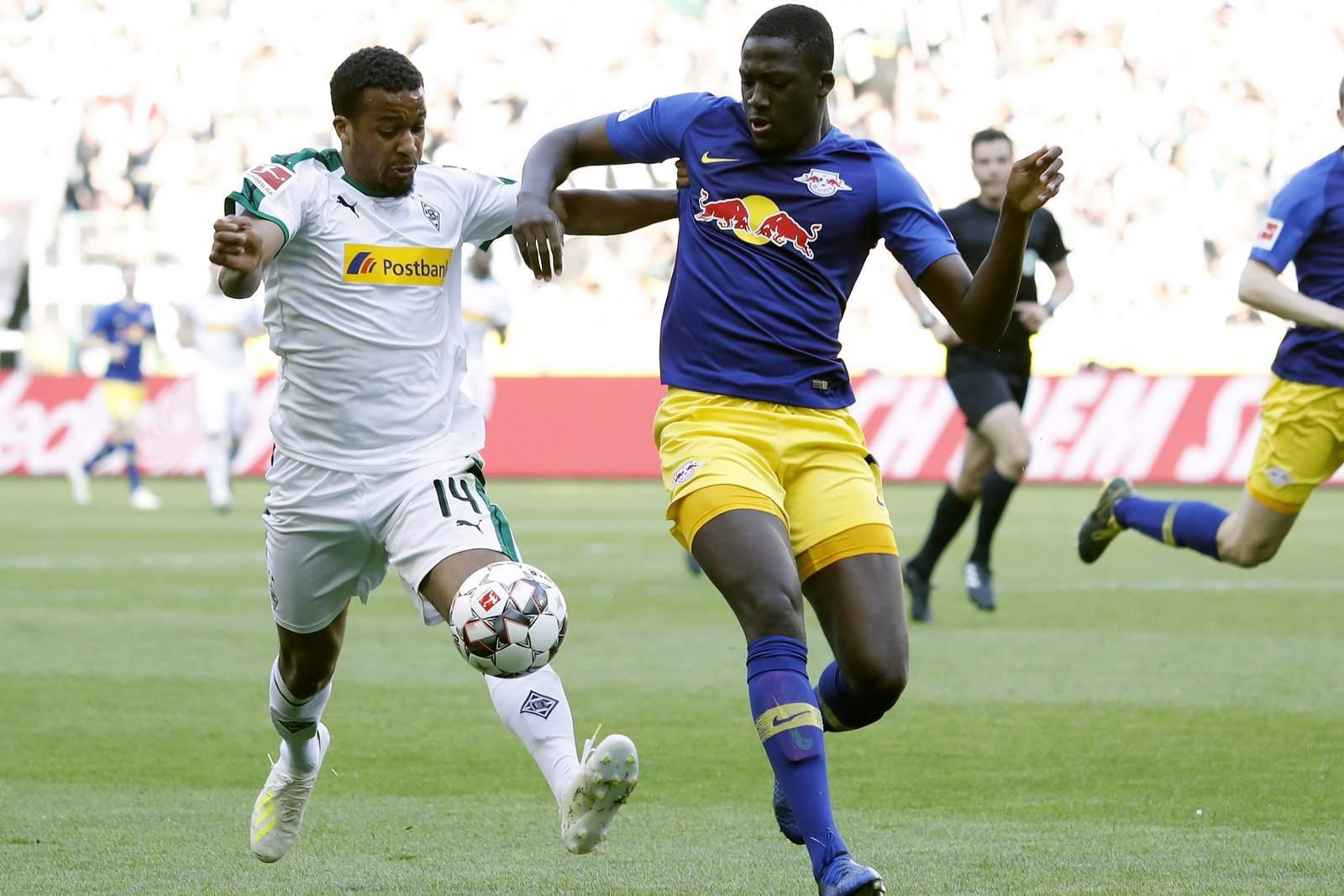 Alassane Plea von Borussia Mönchengladbach gegen Ibrahima Konate von RB Leipzig