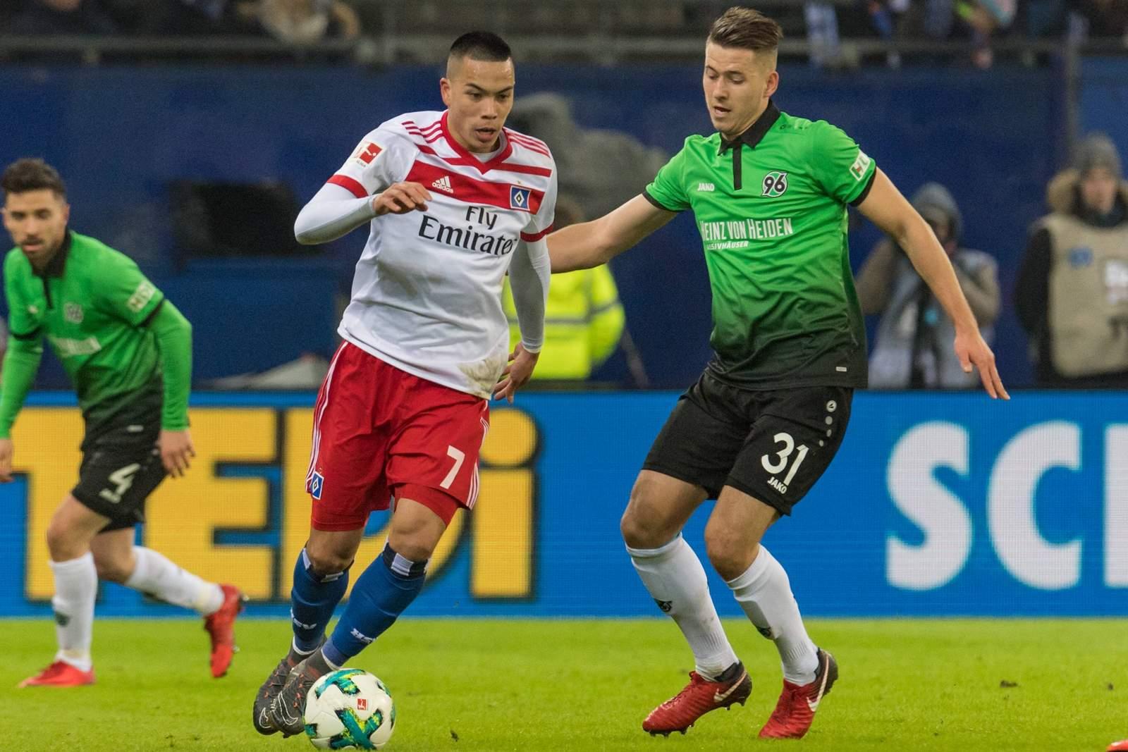 Bobby Wood vom HSV gegen Waldemar Anton von Hannover 96