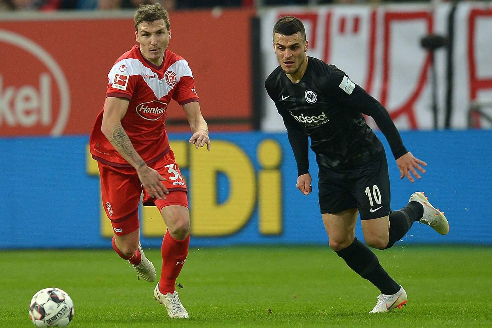 Marcel Sobottka von Fortuna Düsseldorf gegen Filip Kostic von Eintracht Frankfurt