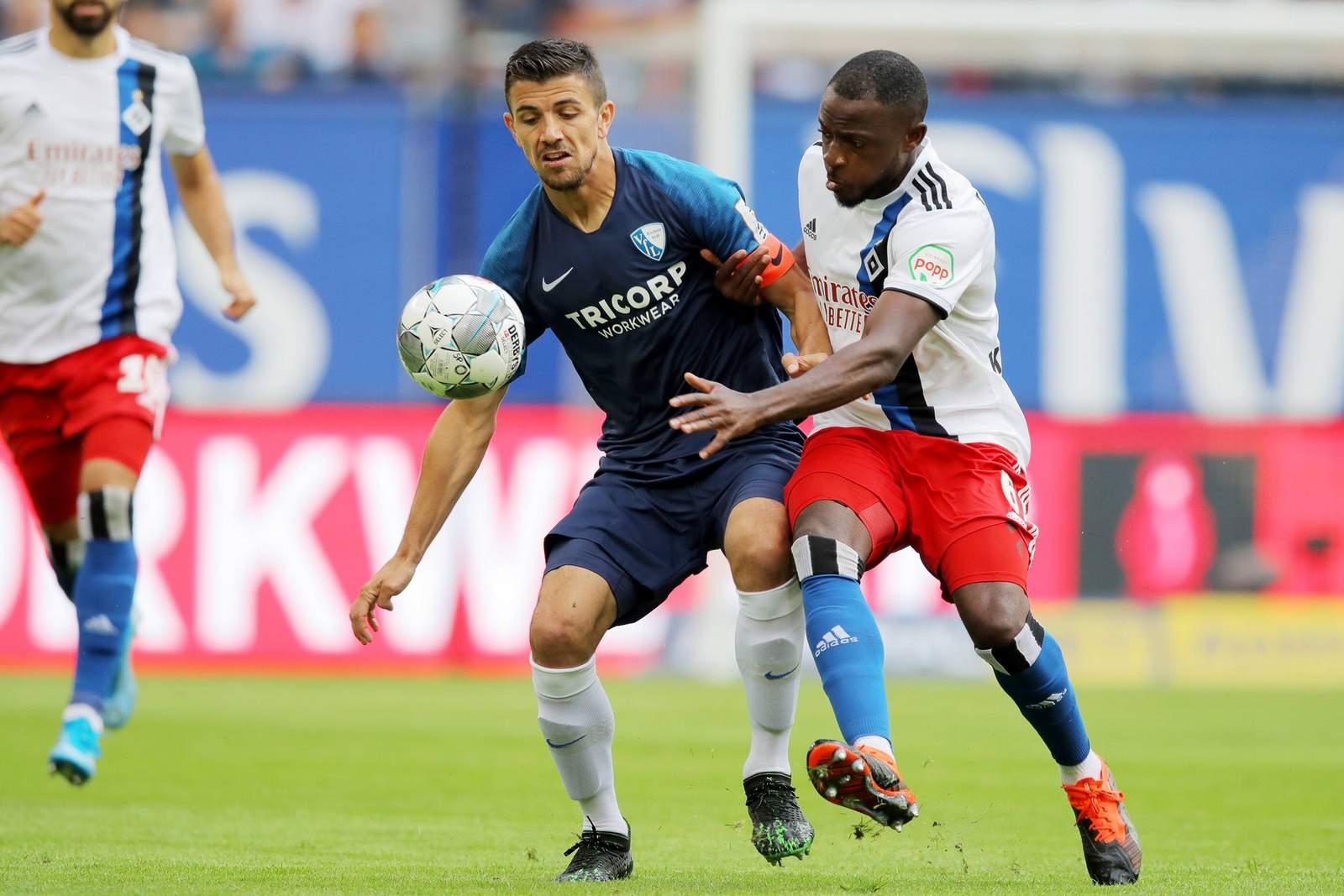 Danilo Soares vom VfL Bochum gegen David Kinsombi vom HSV