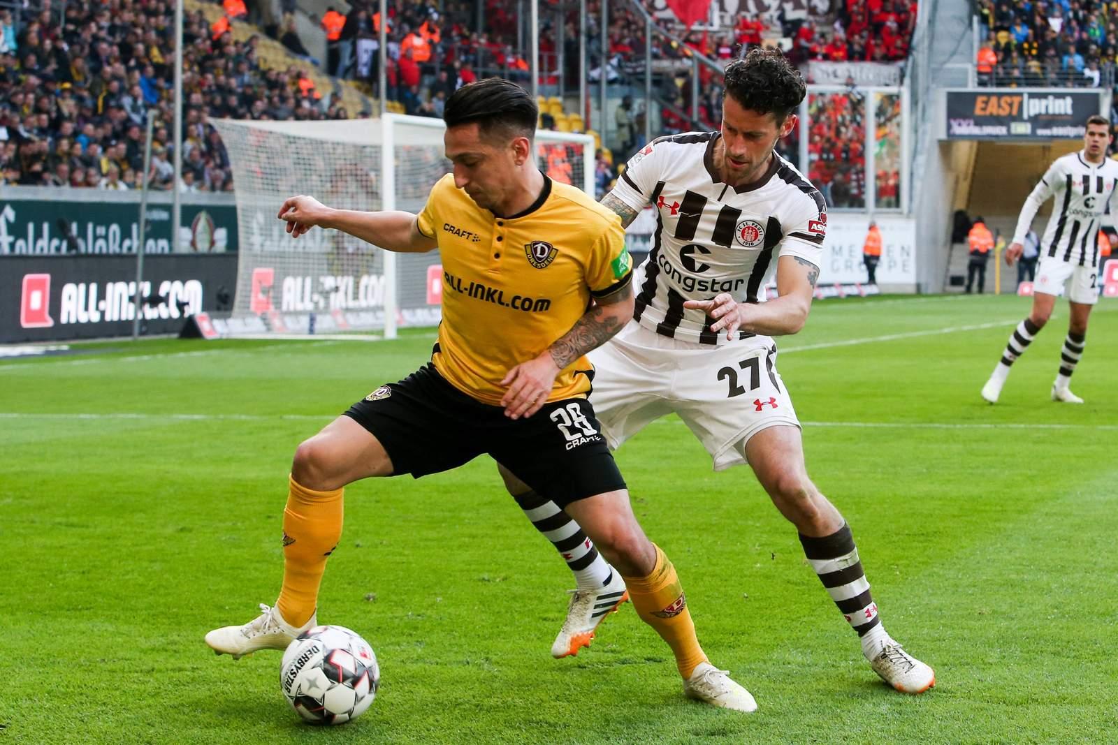 Baris Atik von Dynamo Dresden (l.) gegen St. Paulis jan-Philipp Kalla.