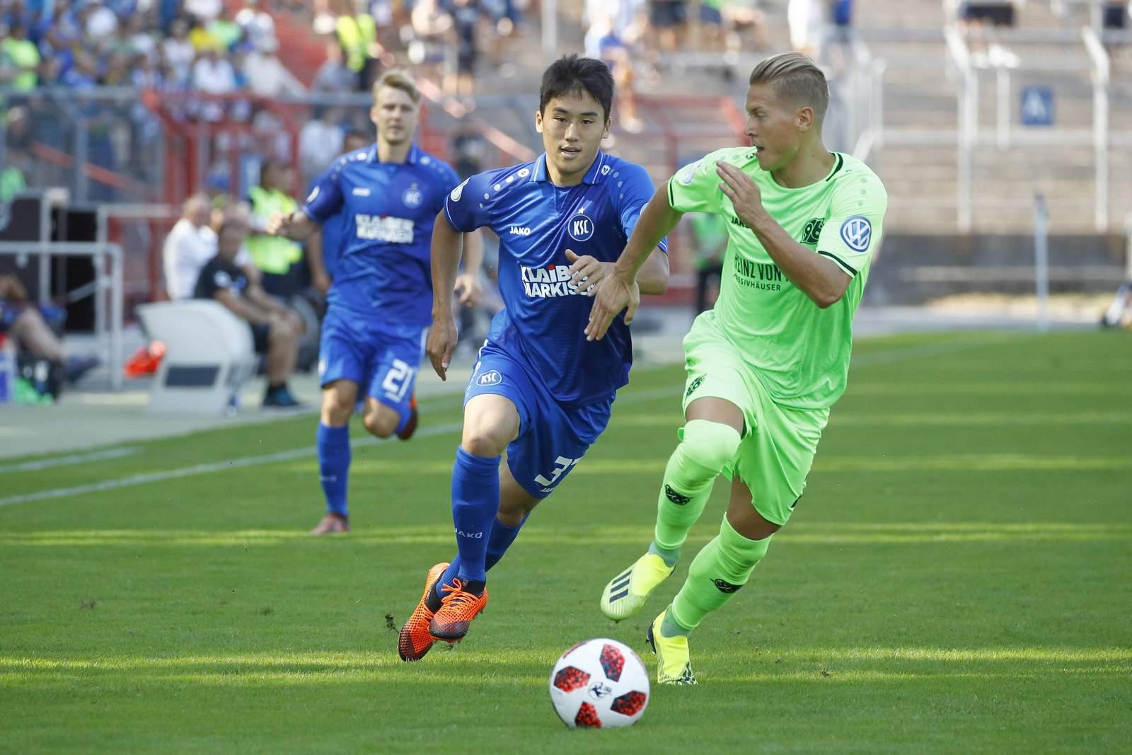 Kyoung-rok Choi vom KSC gegen Matthias Ostrzolek von Hannover 96.