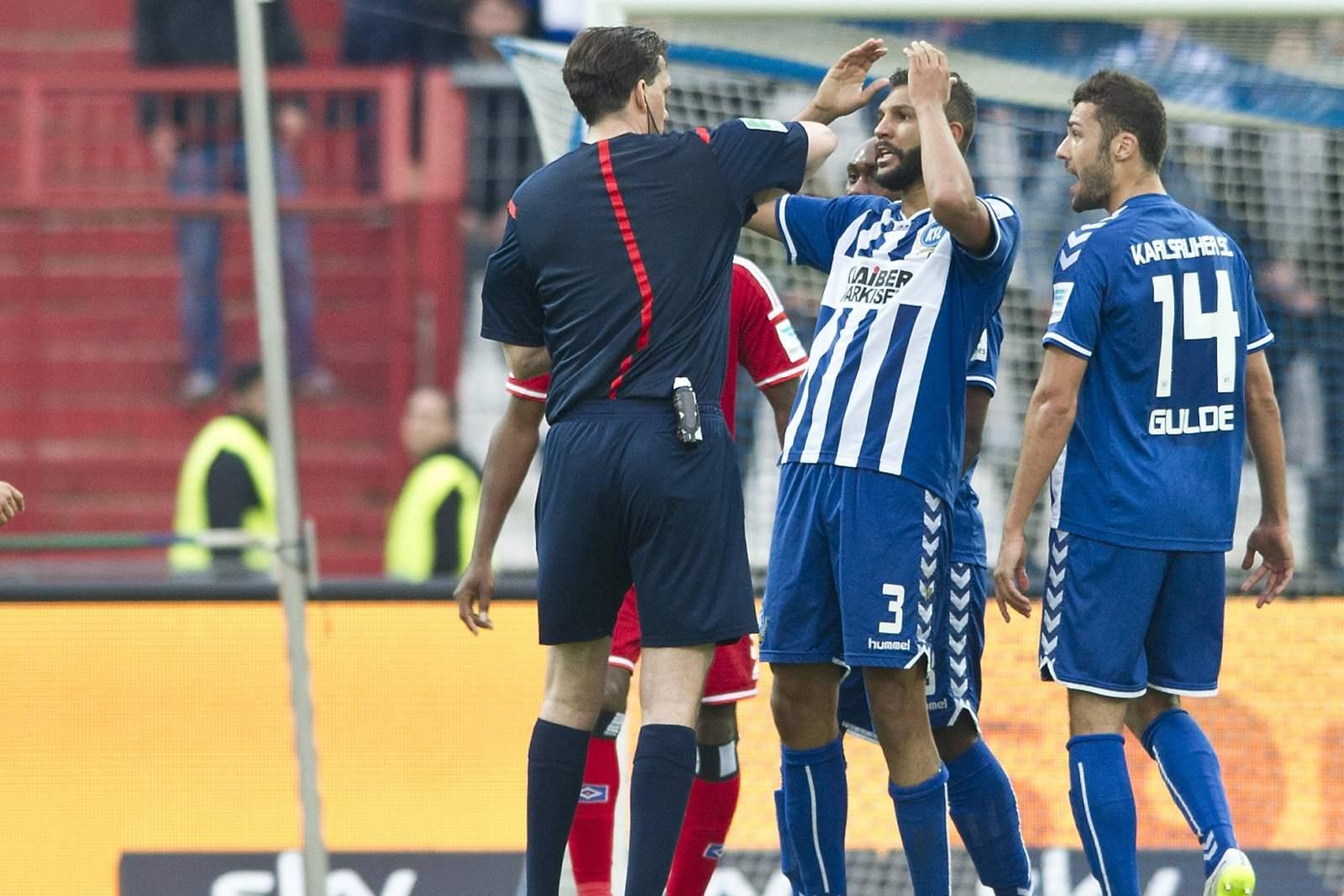 Schiedsrichter Manuel Gräfe pfeift bei Spiel KSC vs HSV Freistoß